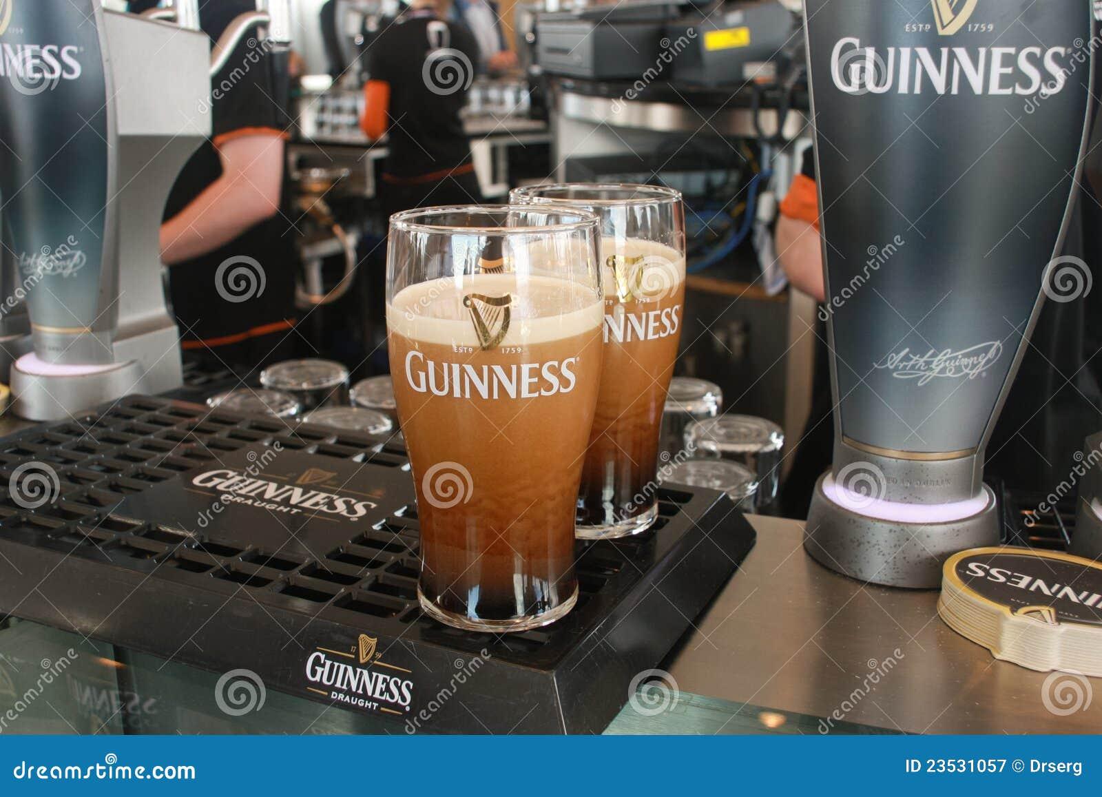 Zwei Pints Bier dienten an der Guinness-Brauerei