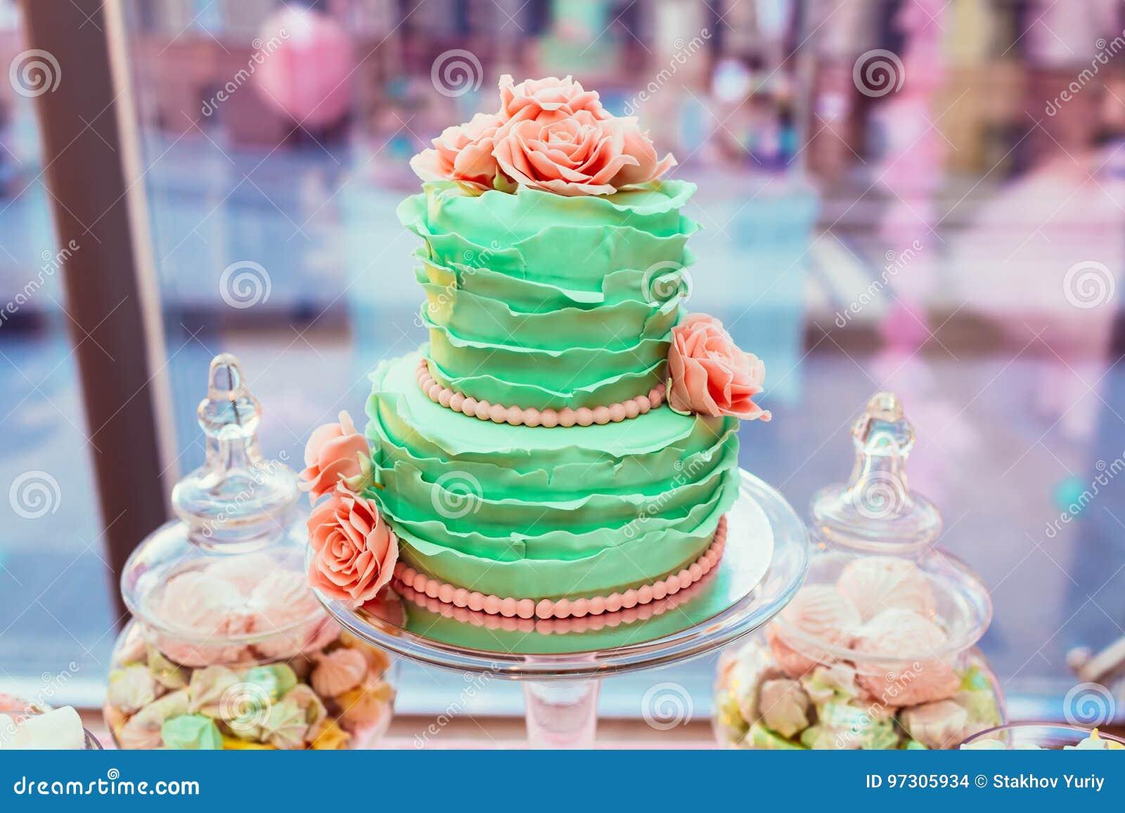 Zwei Planierte Minze Farbte Hochzeitstorte Mit Sahne Rosen Und