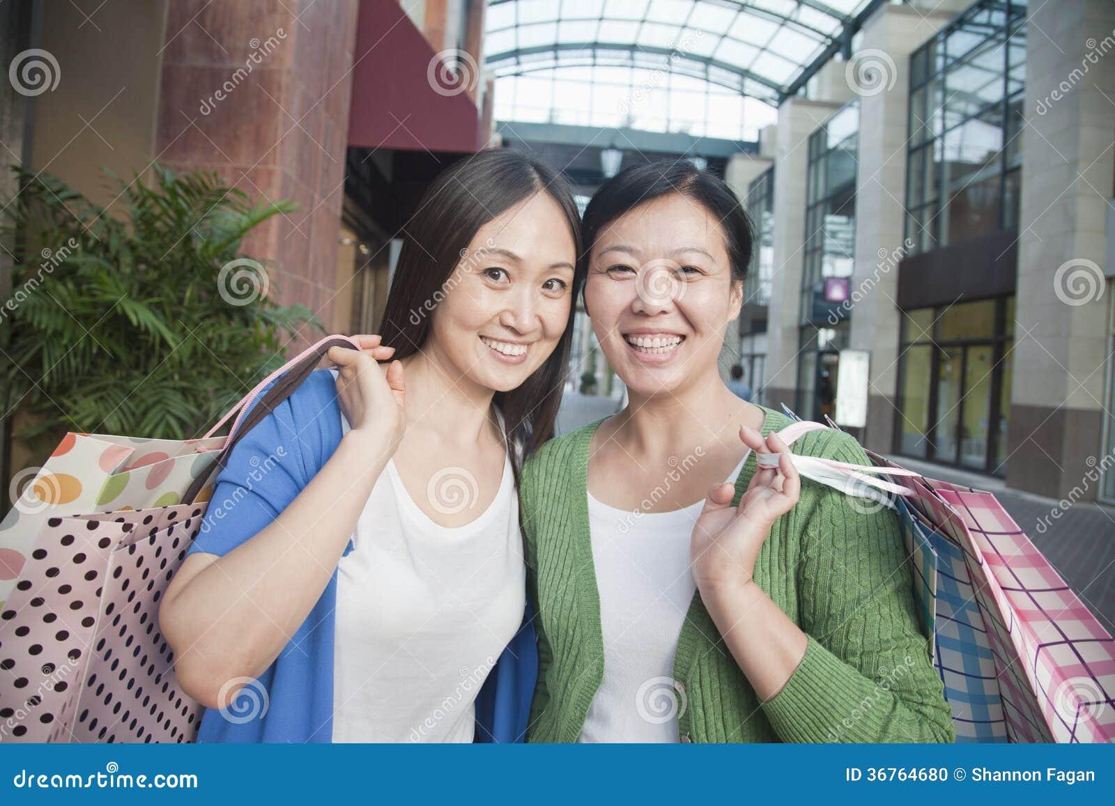 Zwei Reife Frauen Gleichzeitig Gevögelt