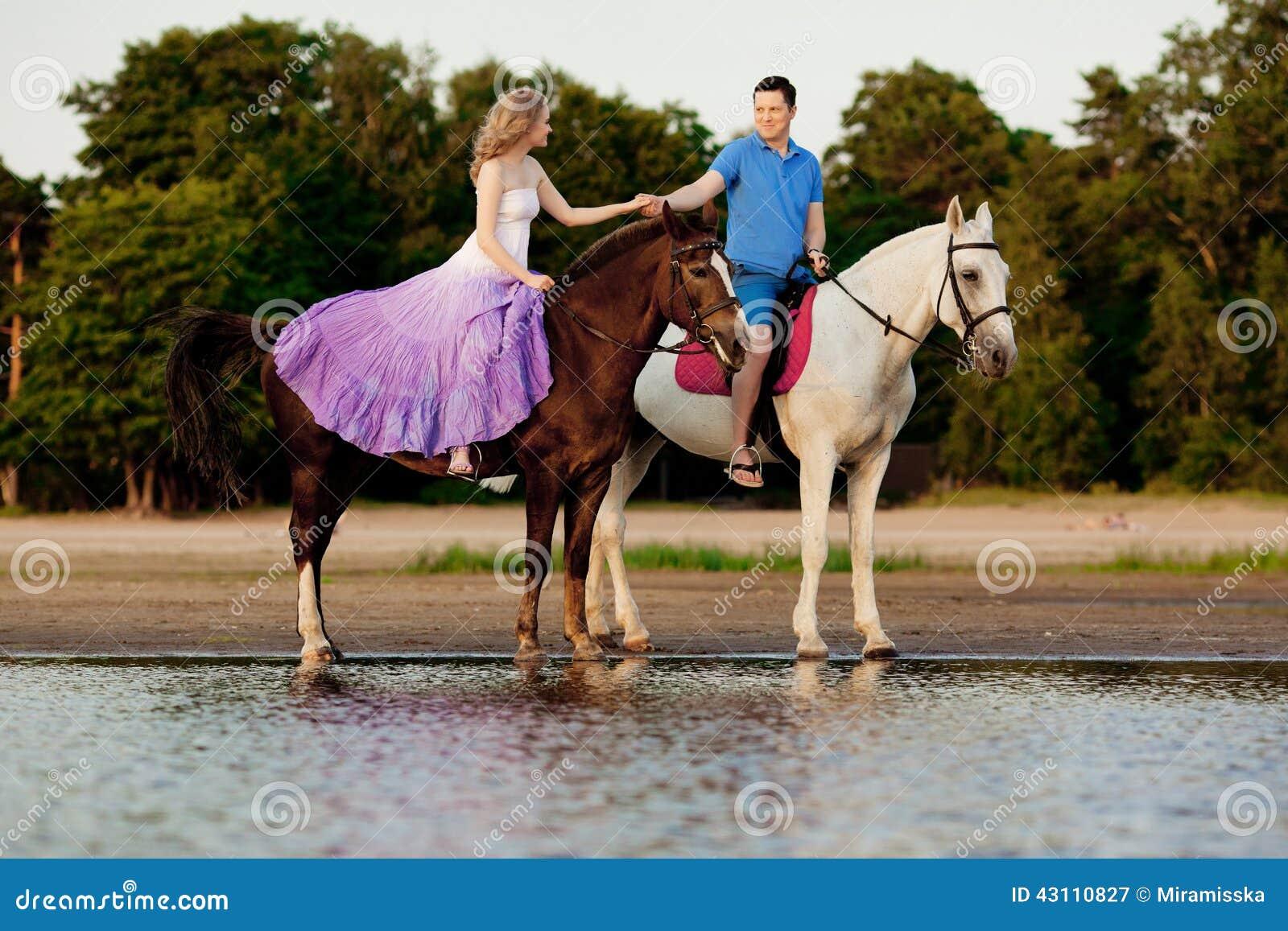 zwei reiter zu pferd bei sonnenuntergang auf dem strand liebhaberfahrt hors stockfoto bild. Black Bedroom Furniture Sets. Home Design Ideas