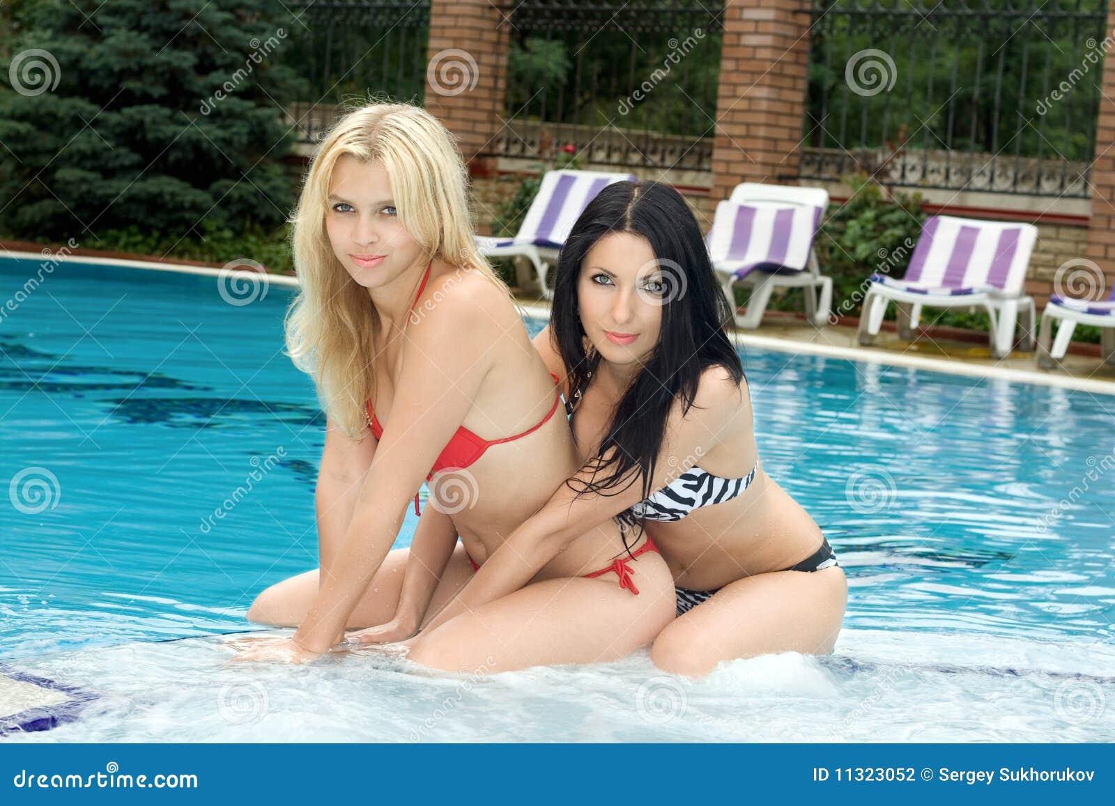 Zwei reizvolle junge Freundinnen
