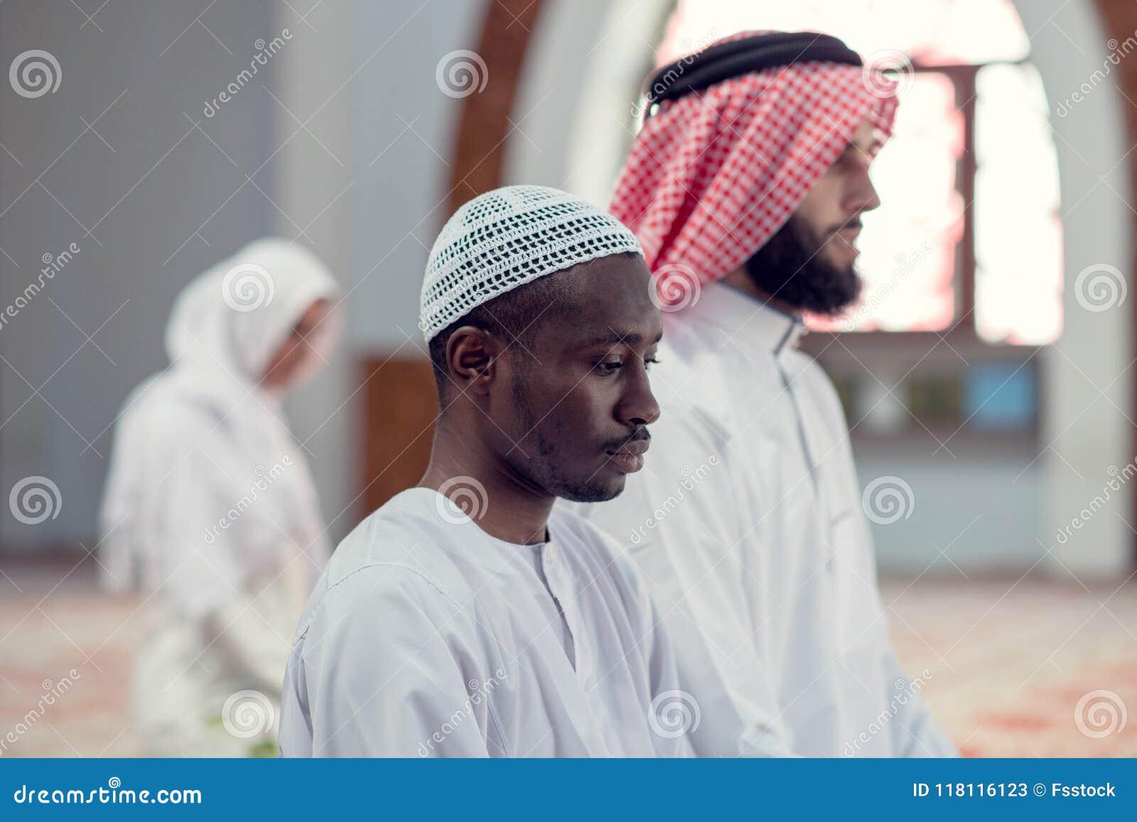 Zwei religiöse junge Leute, die innerhalb der Moschee beten islamisch