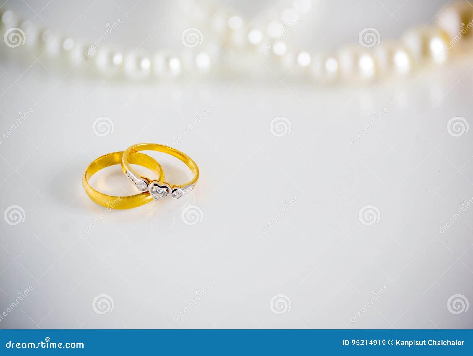 Zwei Ringe Der Diamantenen Hochzeit Fur Brautigam Und Braut Mit