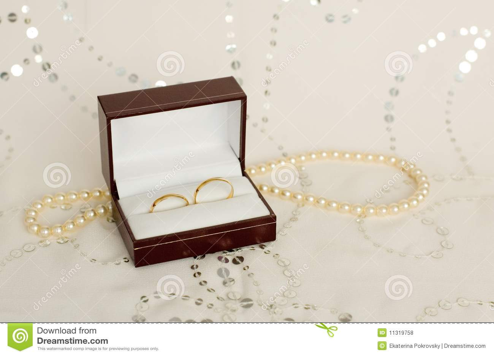 Zwei Ringe der goldenen Hochzeit