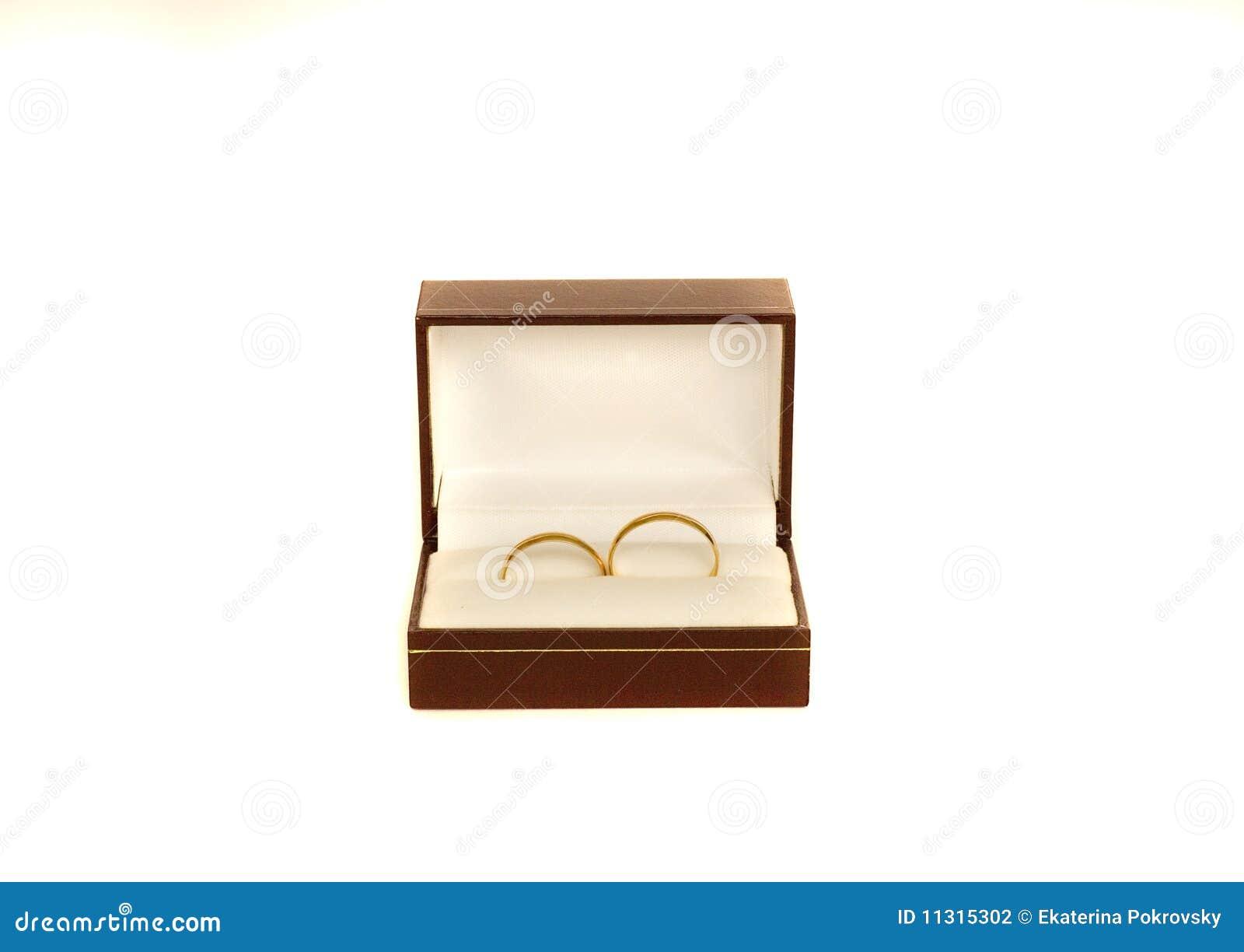 Zwei Ringe der goldenen Hochzeit in einem Kasten
