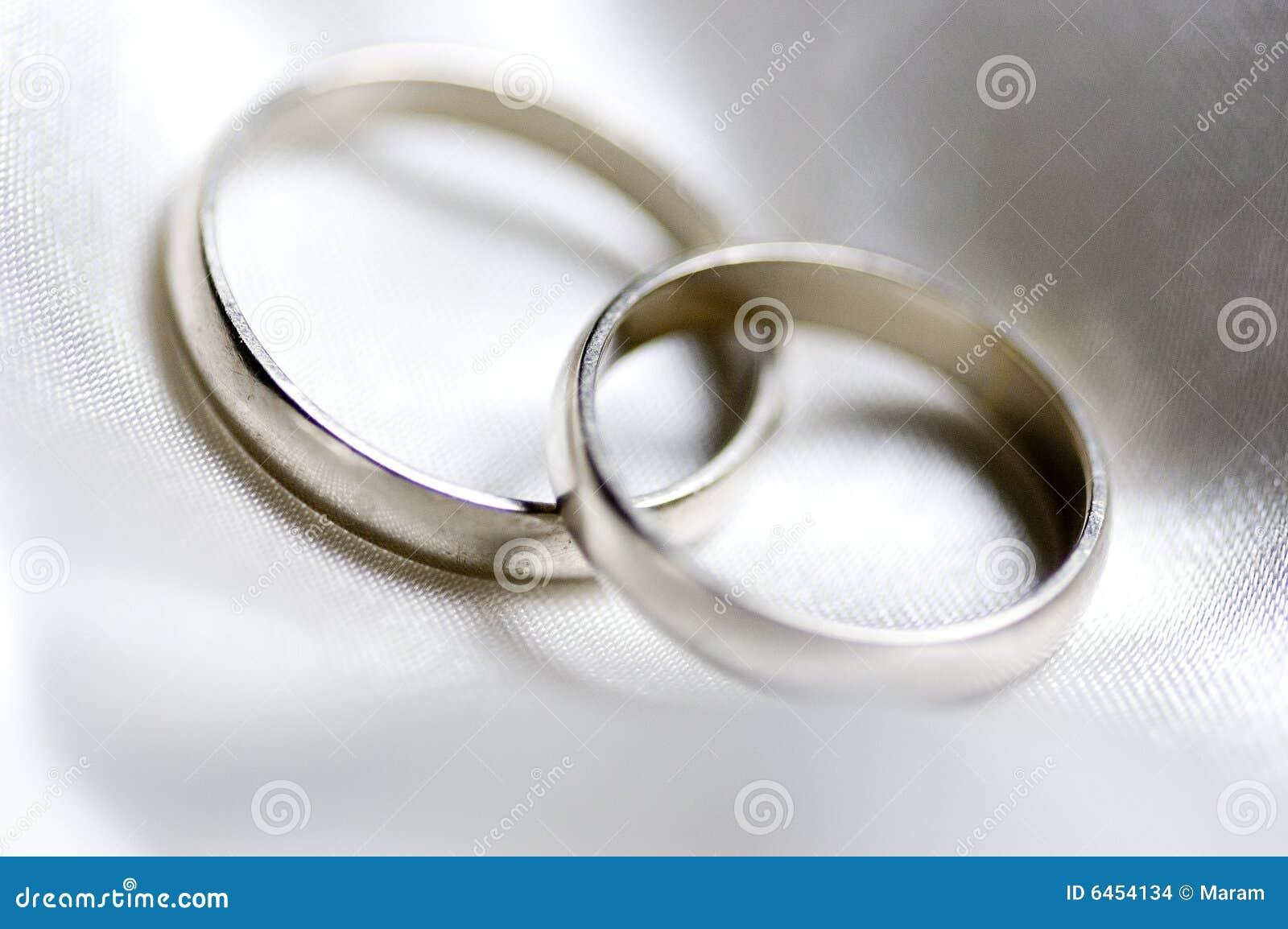 Zwei Ringe Der Silbernen Hochzeit Stockfoto Bild Von Elegant