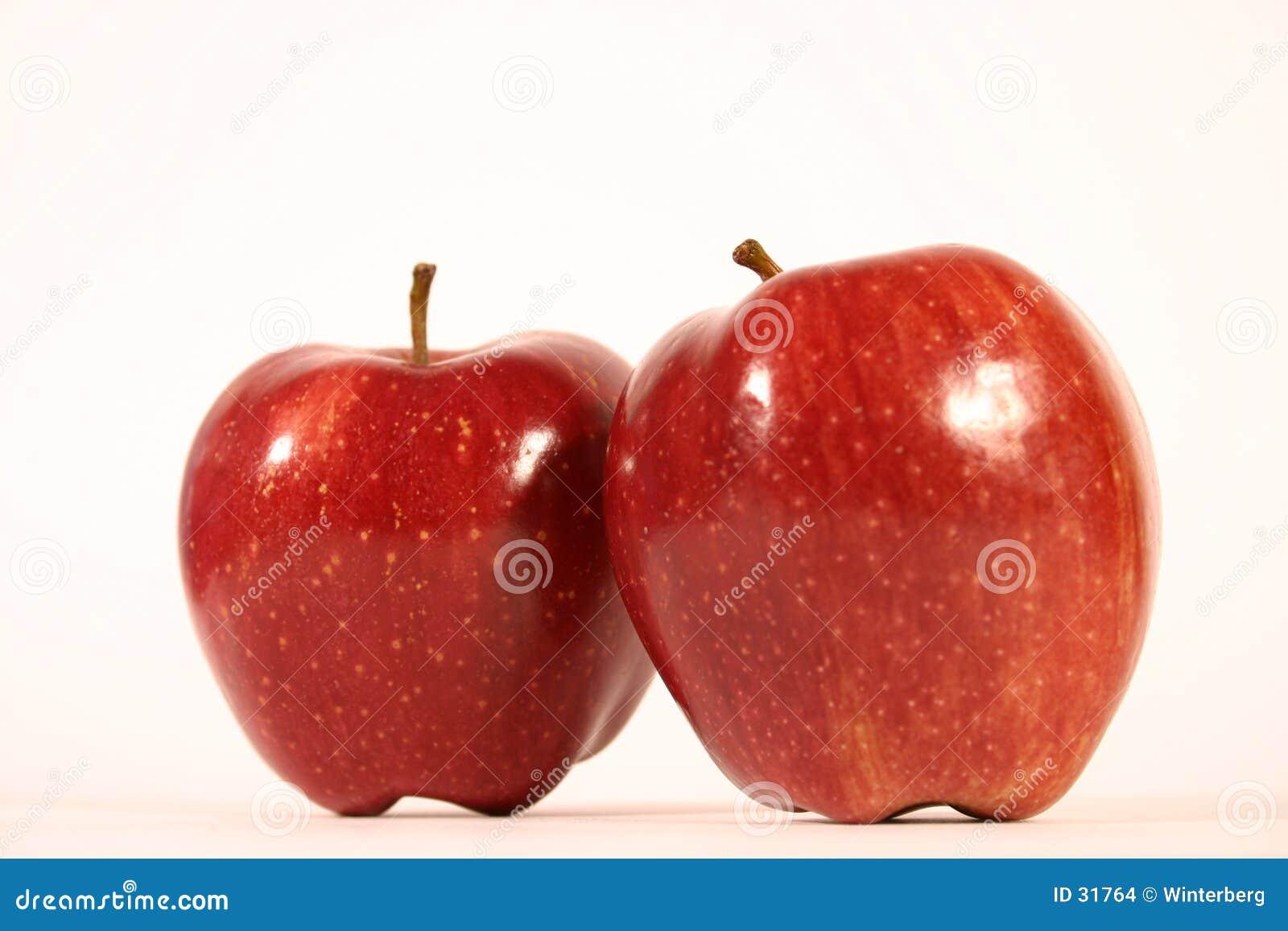 Download Zwei rote Äpfel stockfoto. Bild von saftig, frucht, apfel - 31764