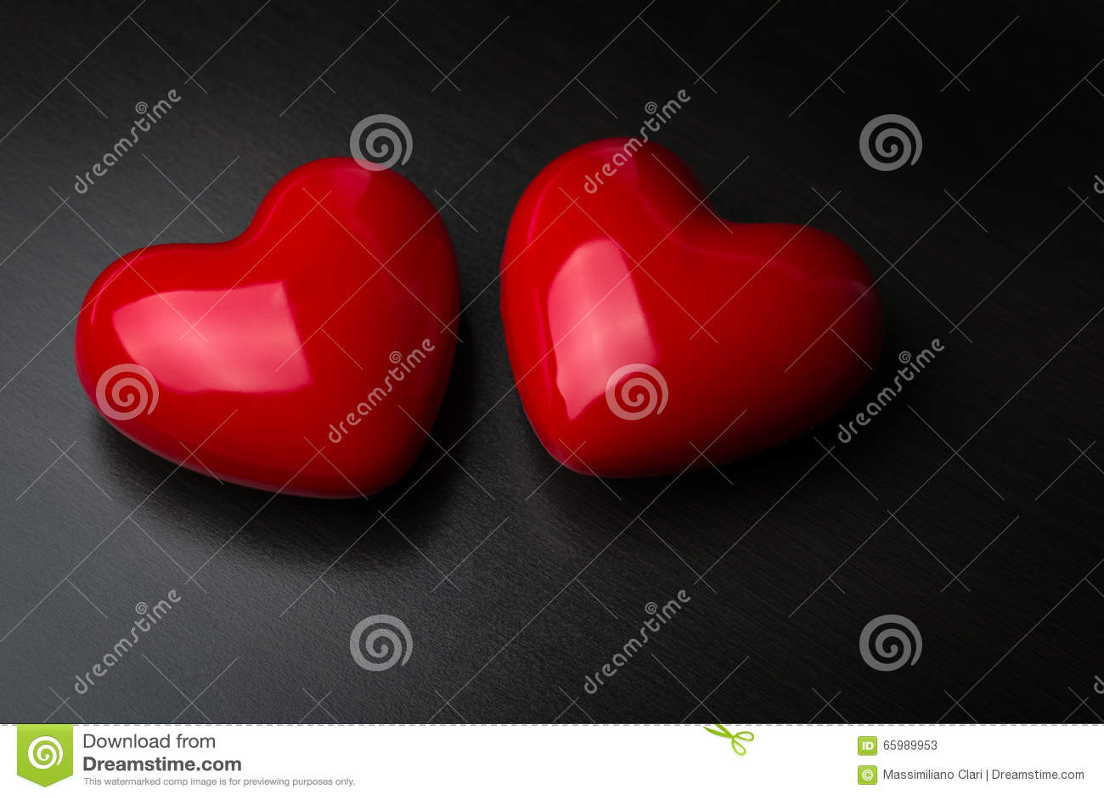 Zwei Rote Herzen Auf Dunklem Hintergrund Ineinander Greifen Von Zwei