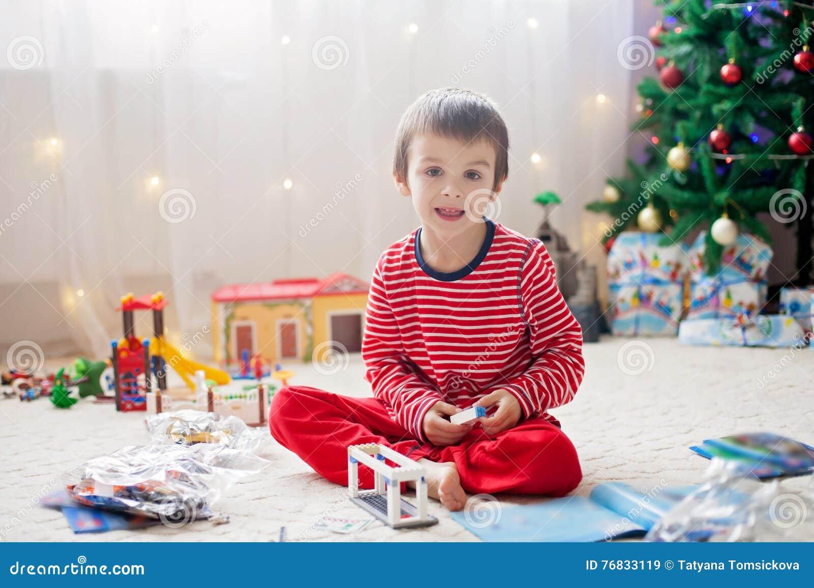 Zwei Süße Jungen, öffnend Stellt Sich Am Weihnachtstag Dar Stockbild ...