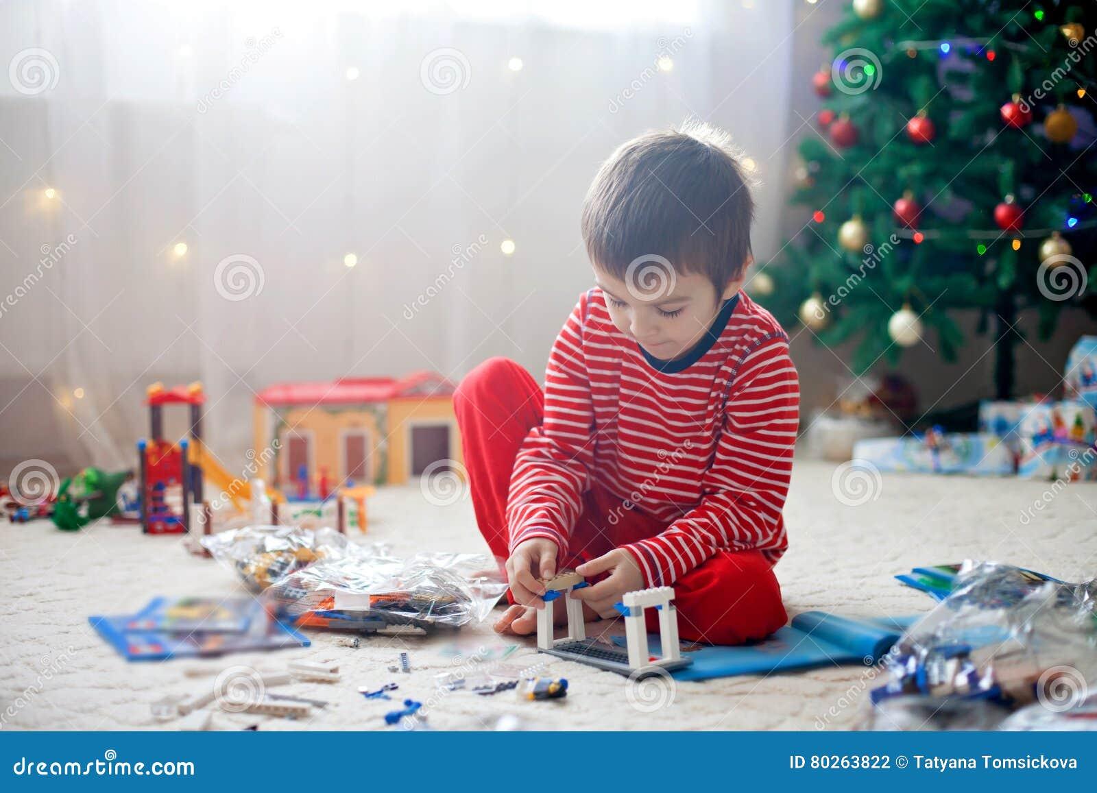 Zwei Süße Jungen, öffnend Stellt Sich Am Weihnachtstag Dar Stockfoto ...