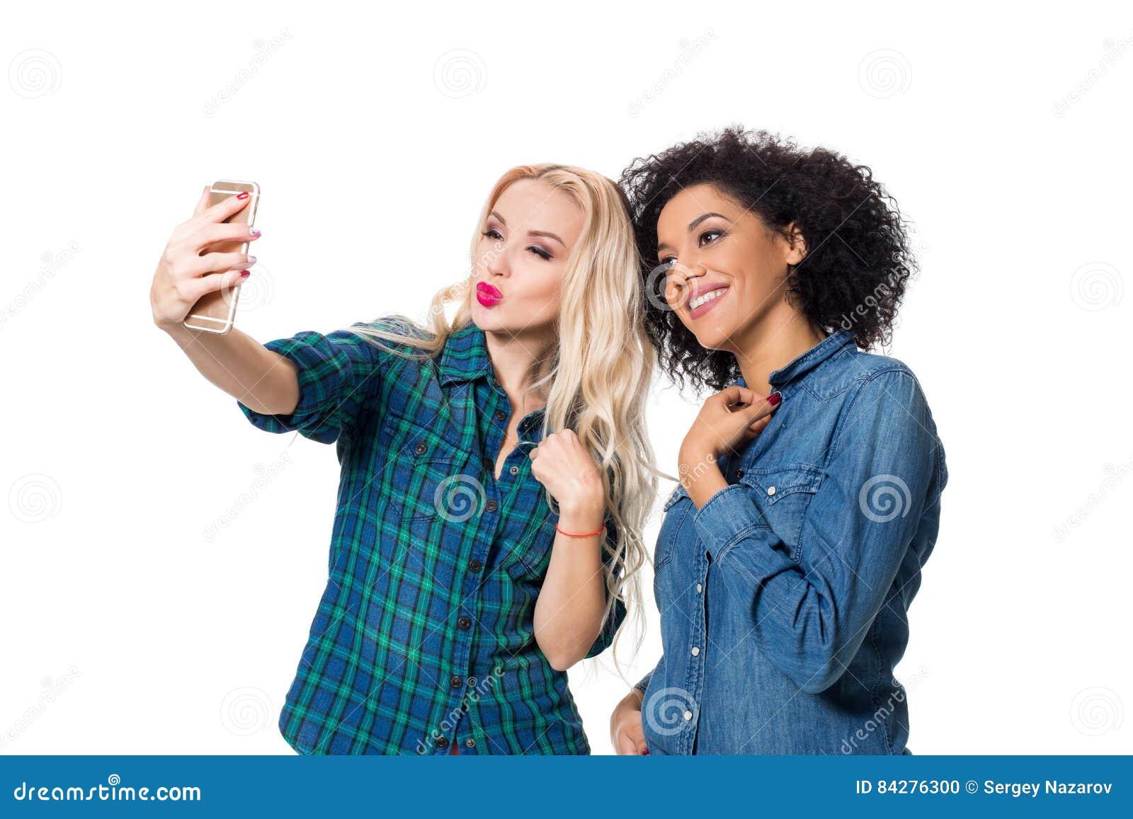 Zwei schöne Mädchen, die selfie machen