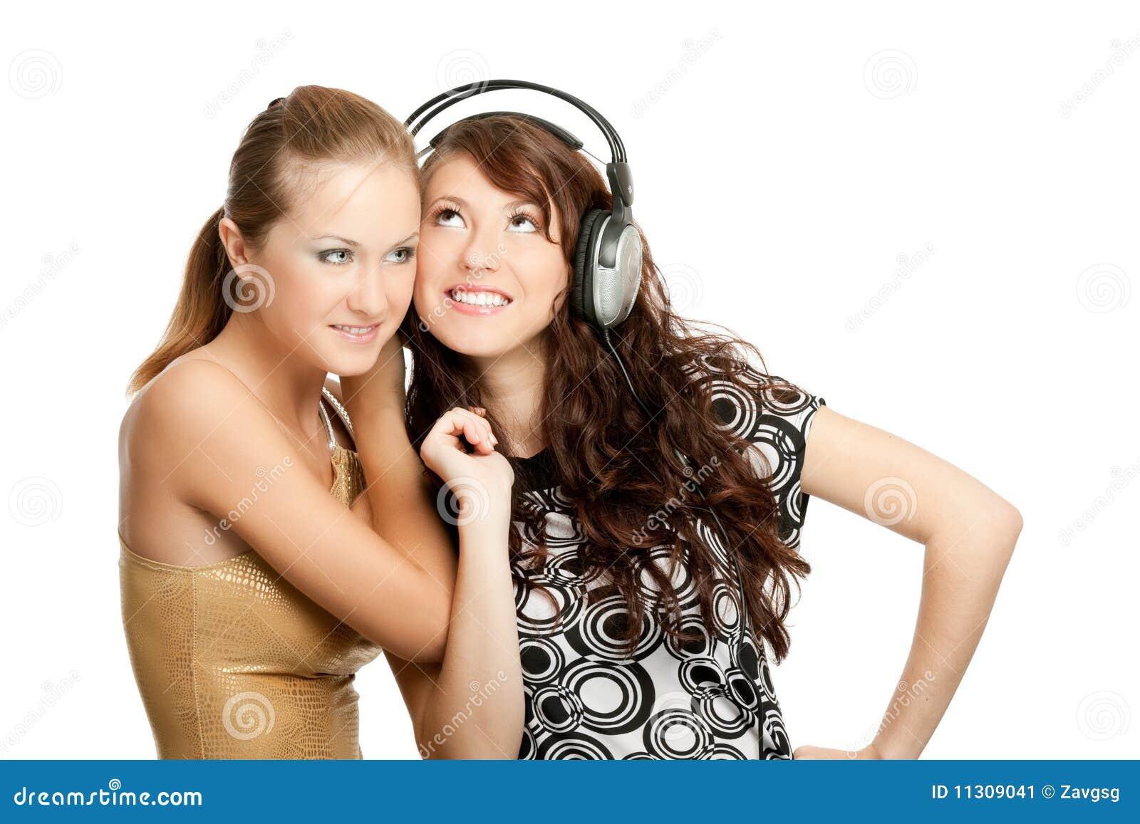 Zwei schöne Mädchen-hörende Musik