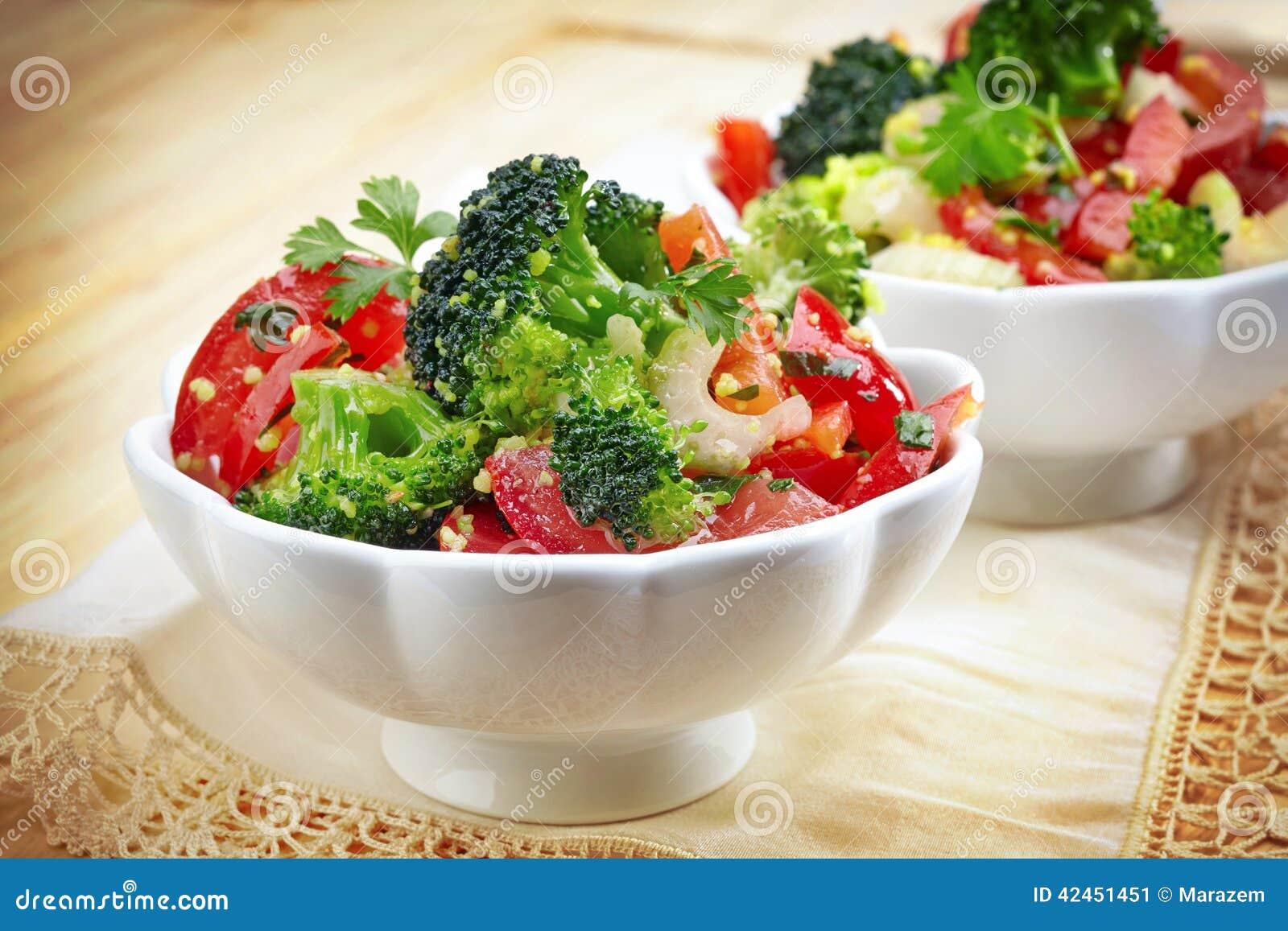 Zwei Schüsseln Gemüsesalat