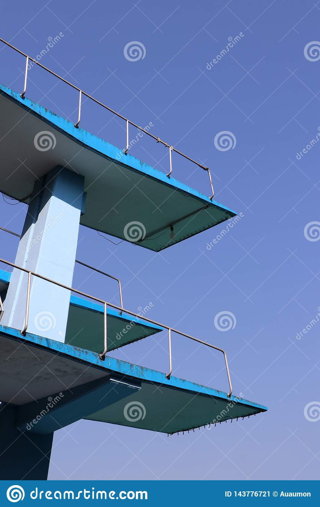 Zwei Schicht der springenden Plattform des Swimmingpools mit blauem Himmel