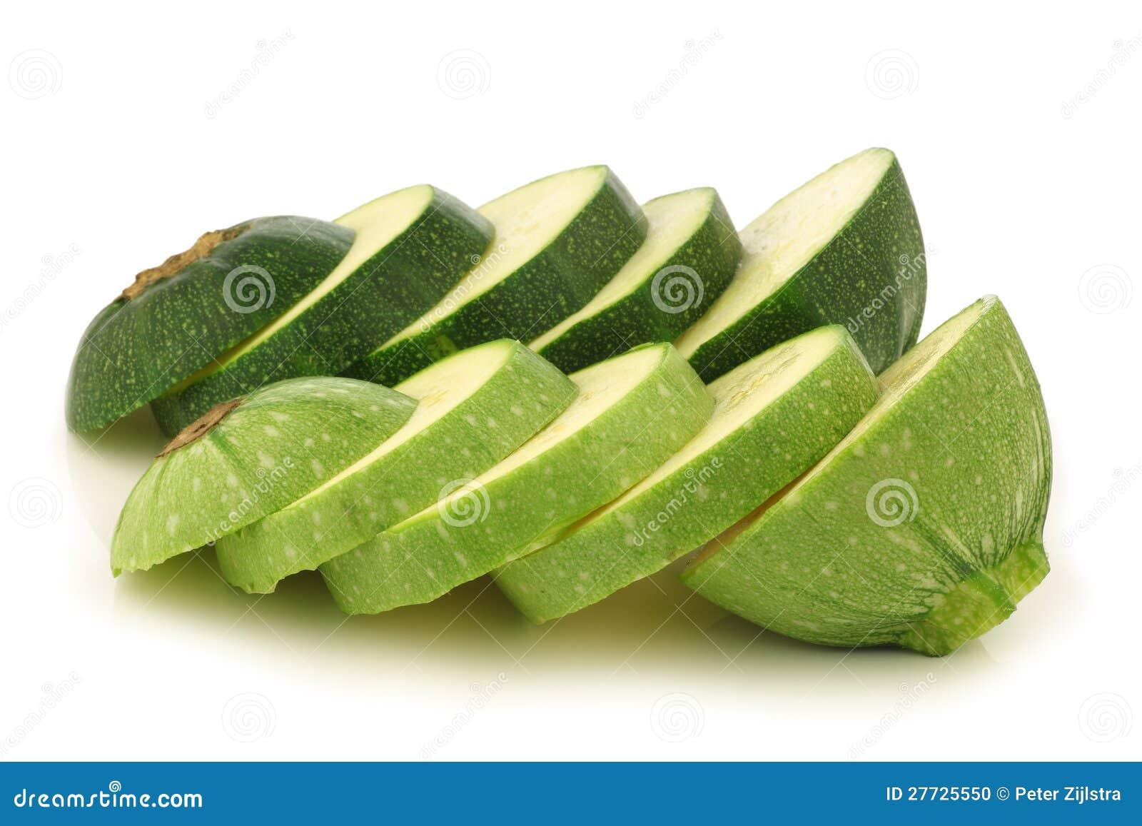 Zwei schnitten ringsum der Zucchini (Cucurbita pepo)