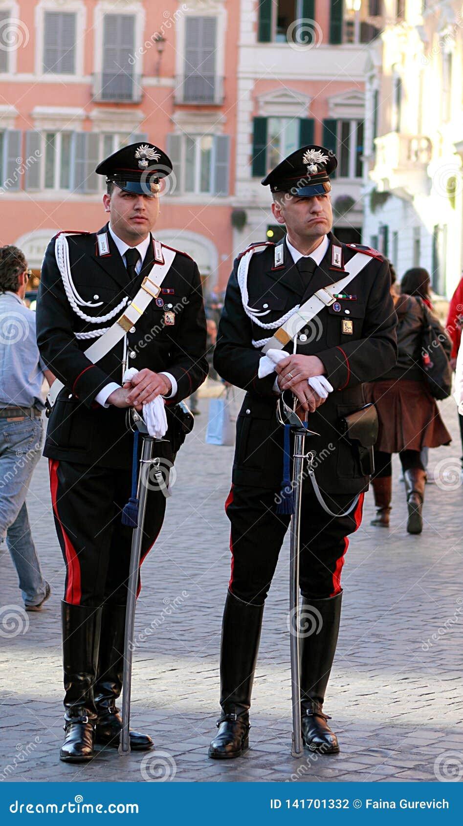 Zwei Schutz carabinieri auf der Straße nahe berühmten spanischen Schritten in Rom