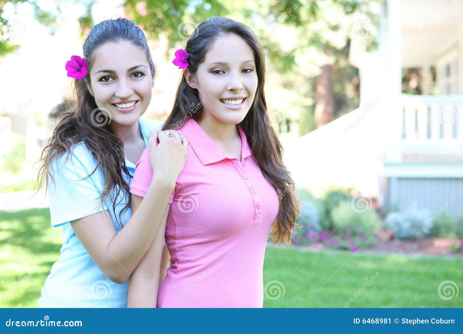 Zwei Schwestern außerhalb des Hauses