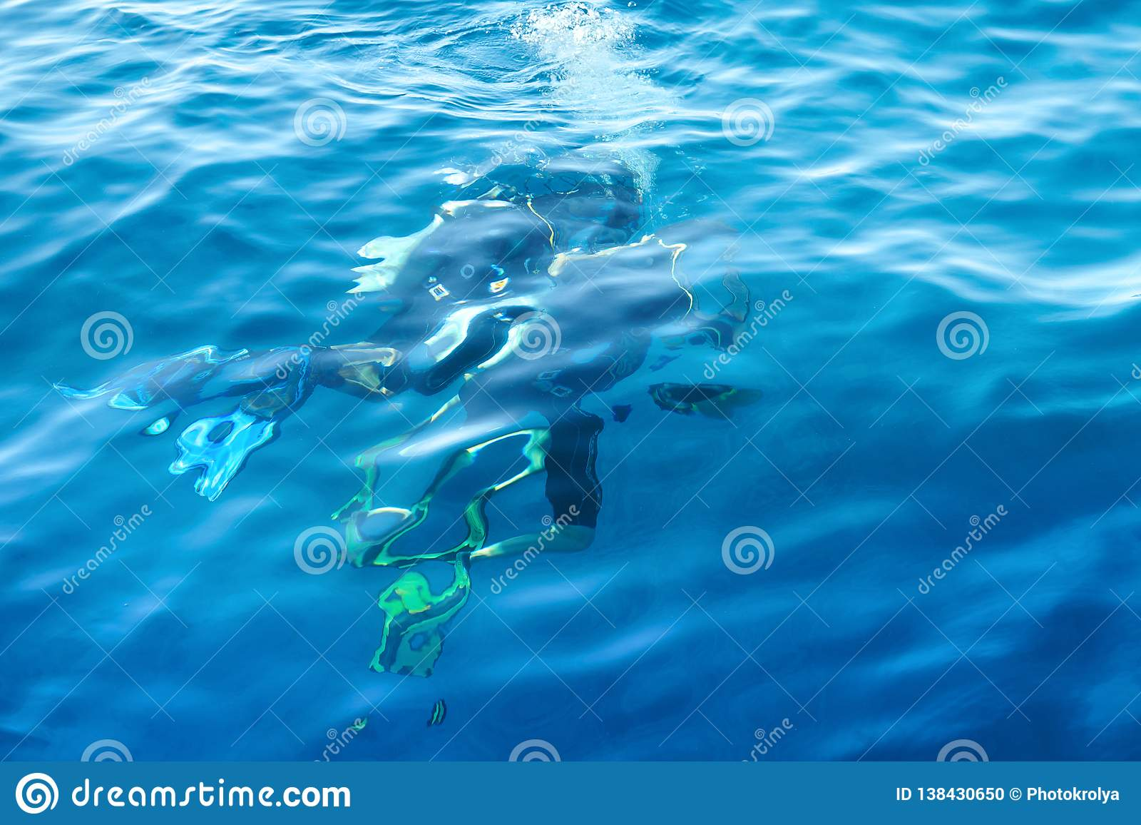 Zwei Sporttaucher unter dem Wasser
