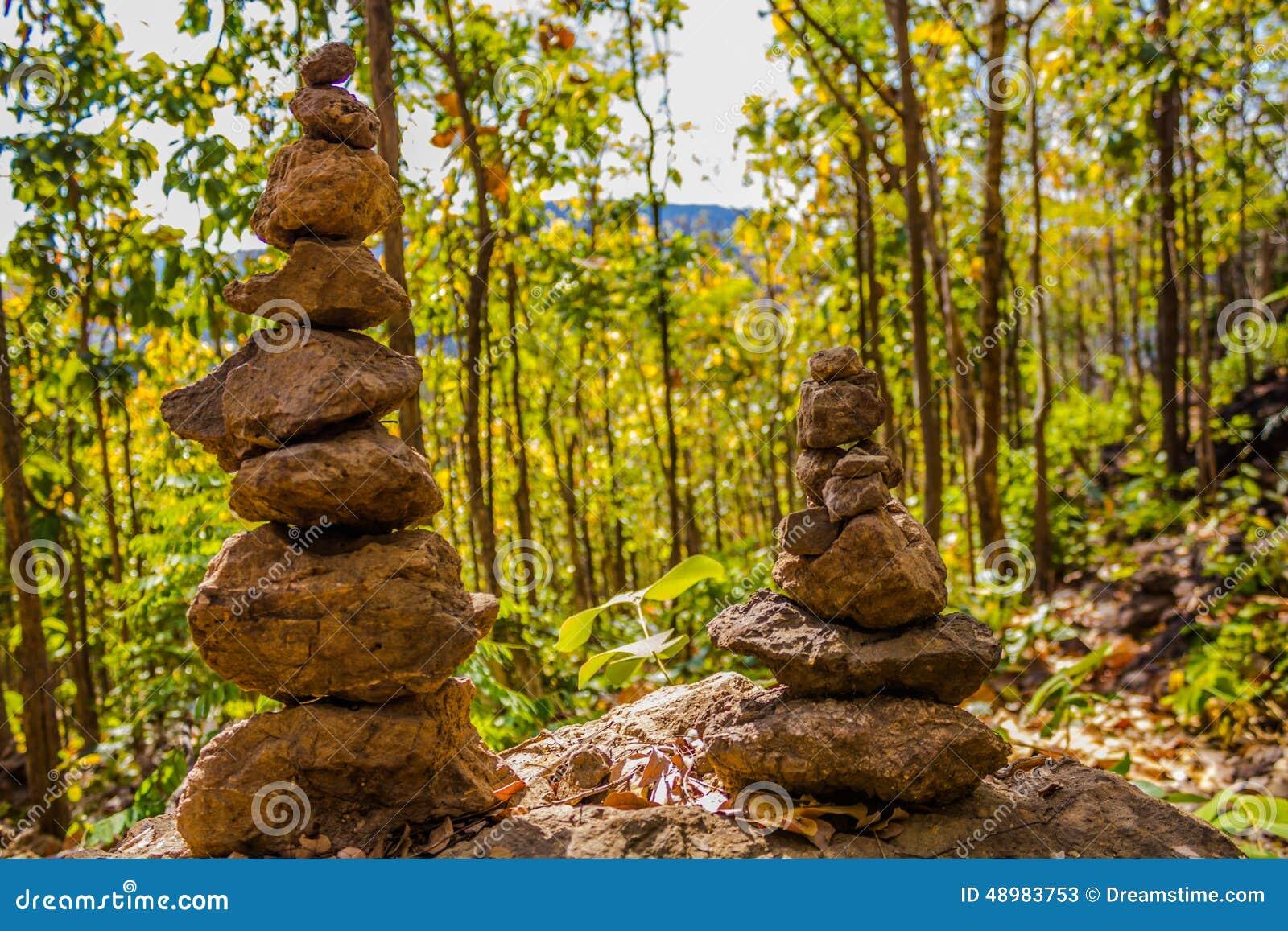 Zwei Steinkontrolltürme