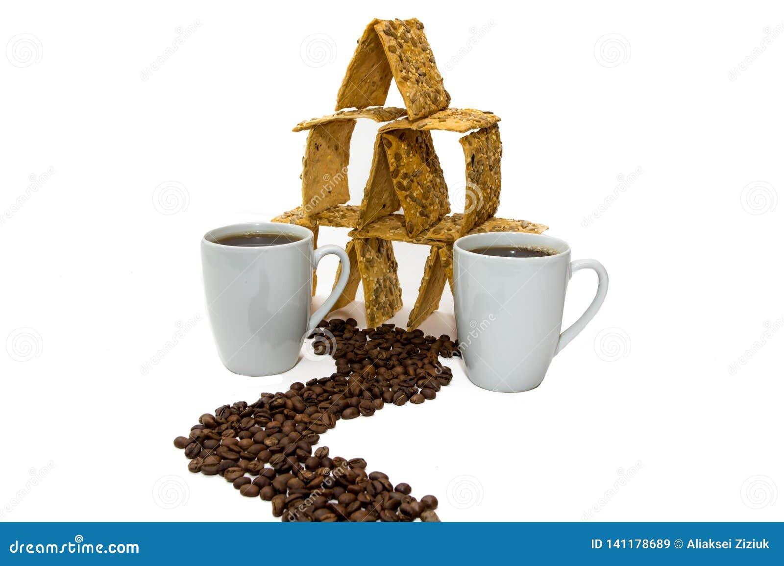 Zwei Tasse Kaffees nahe bei dem Plätzchenhaus, die Straße vom Grobkorn
