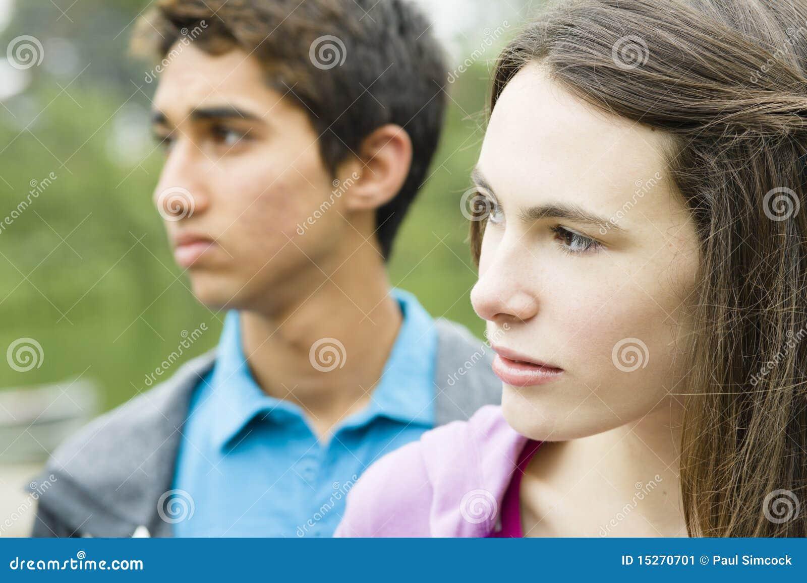 Zwei Teenager draußen