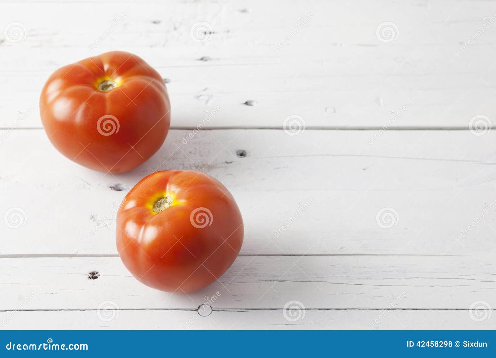 Zwei Tomaten auf einer weißen Tabelle