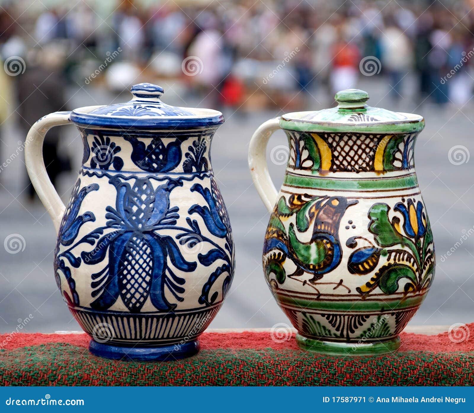 Zwei traditionelle rumänische Krüge