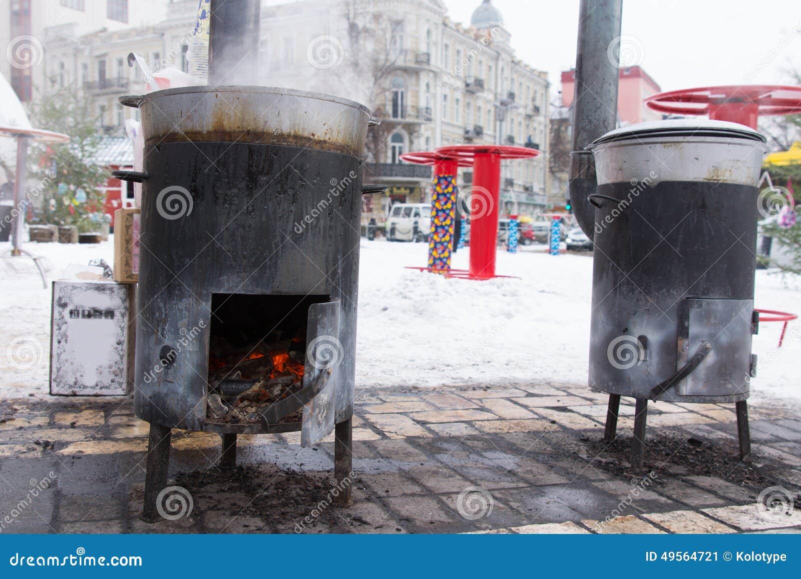 Zwei Tragbare Dickbauchöfen Für Draußen Kochen Stockbild - Bild von ...