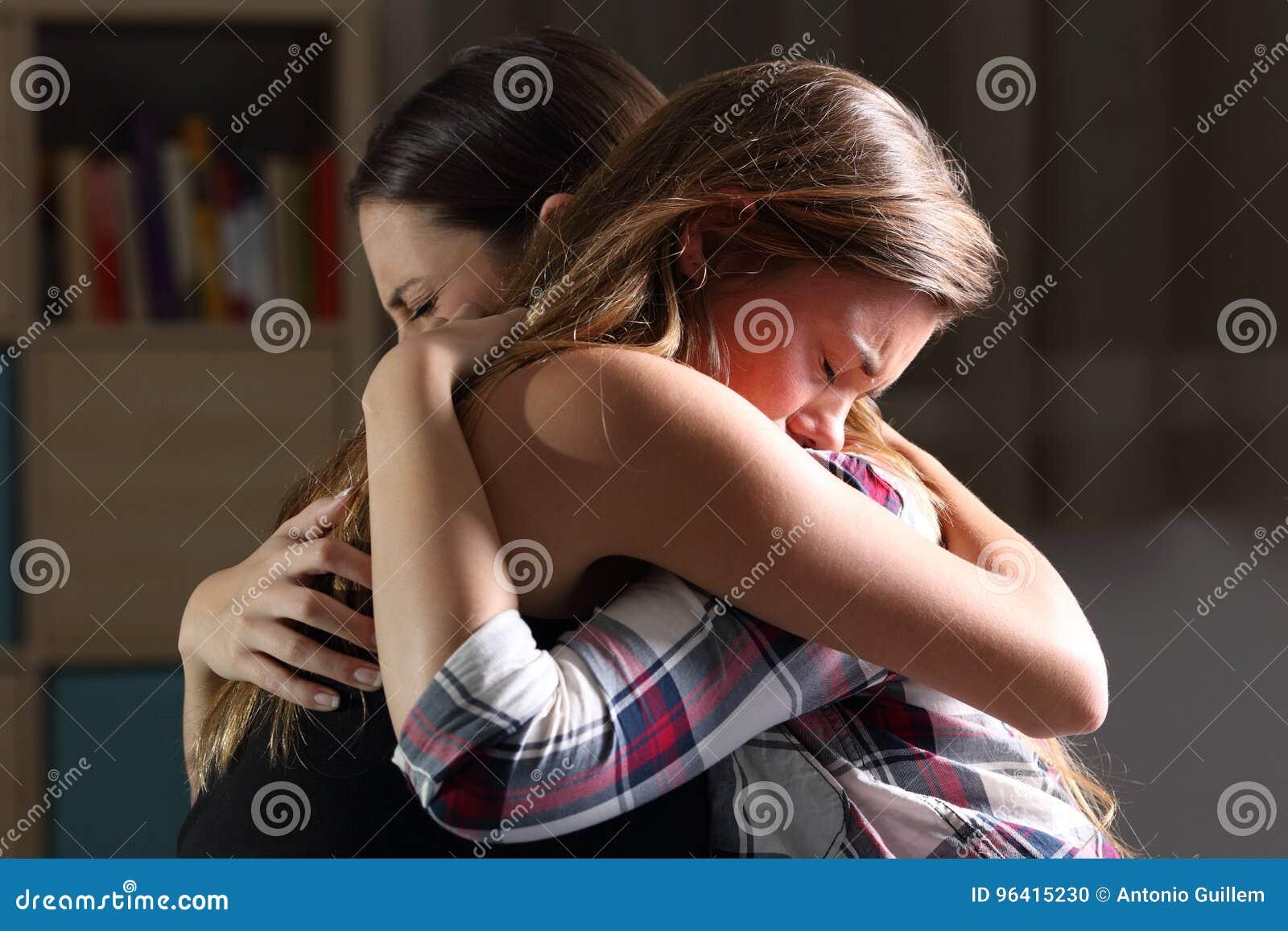 Zwei trauriger Teenager, der am Schlafzimmer umfasst