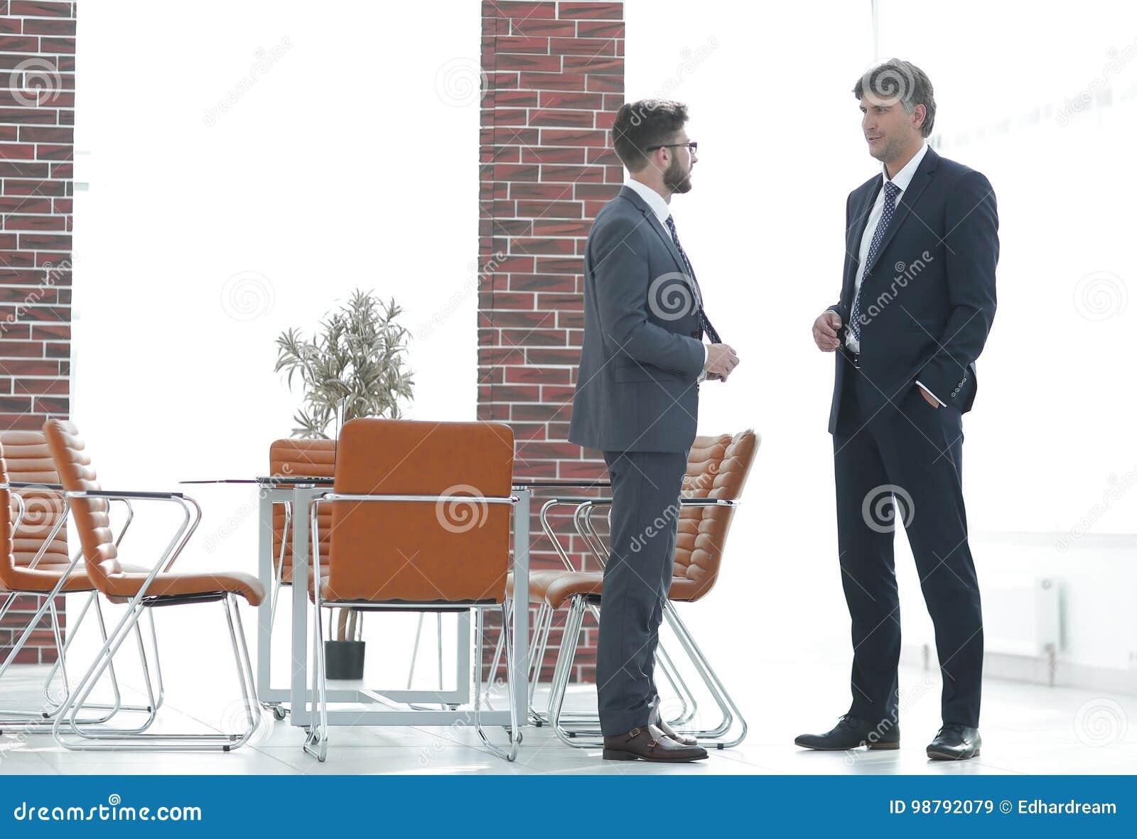 Zwei Unternehmensleiter, die über Geschäft im Büro sprechen