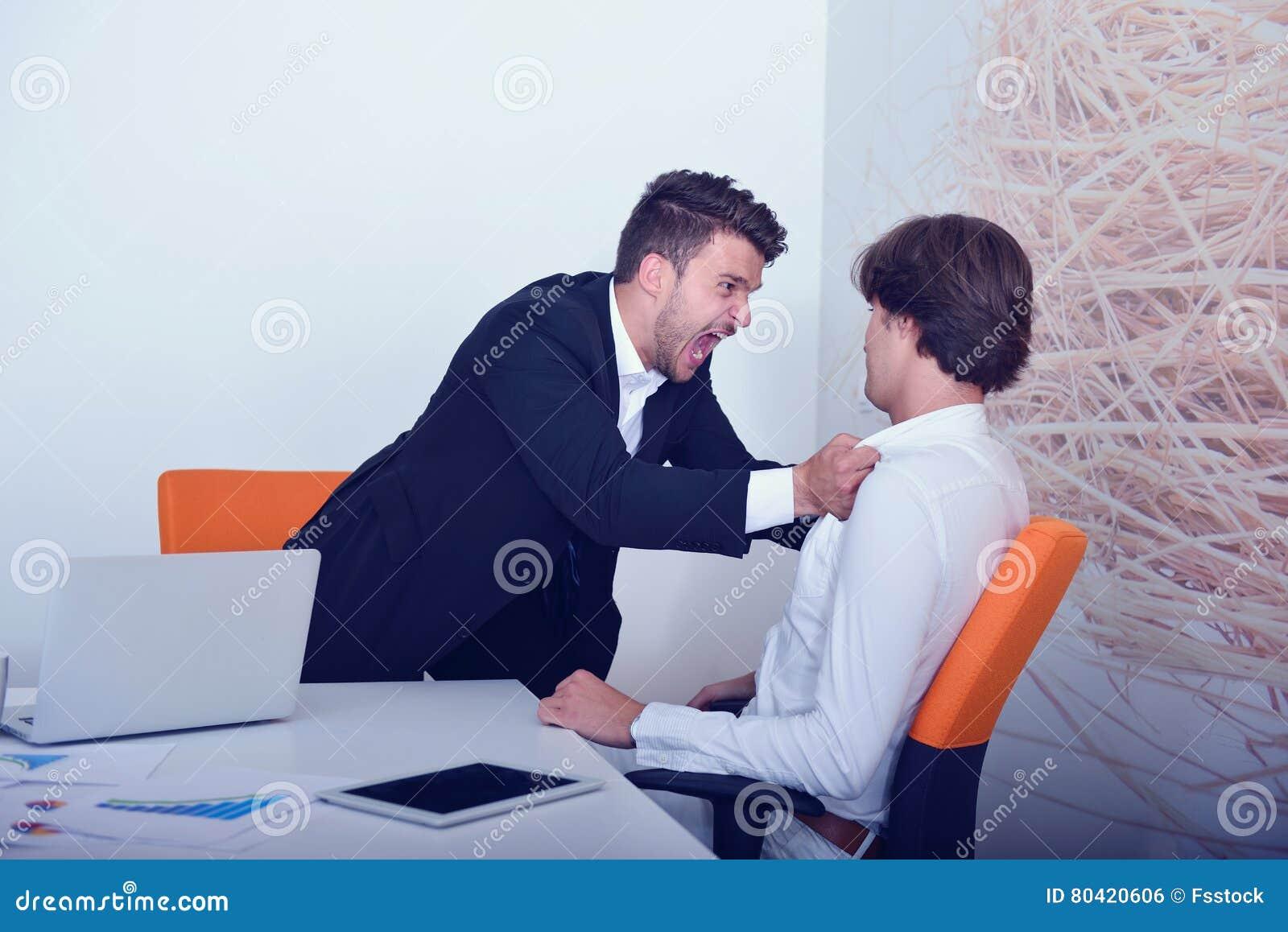Zwei verärgerte Geschäftskollegen während eines Arguments