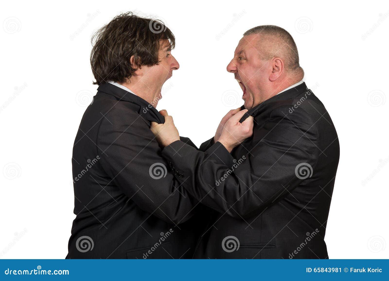 Zwei verärgerte Geschäftskollegen während eines Arguments, lokalisiert auf weißem Hintergrund