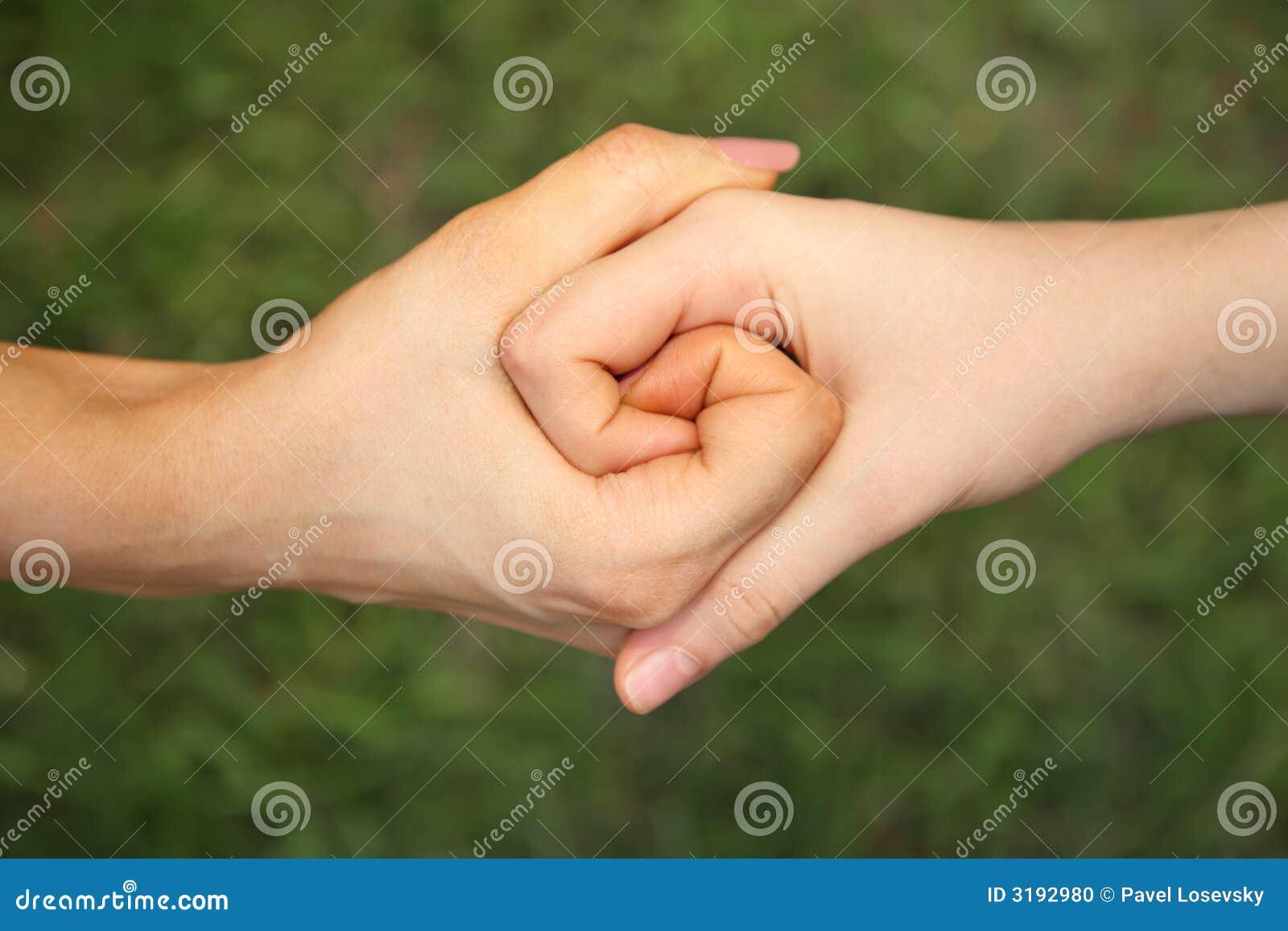 Zwei verbanden Hände