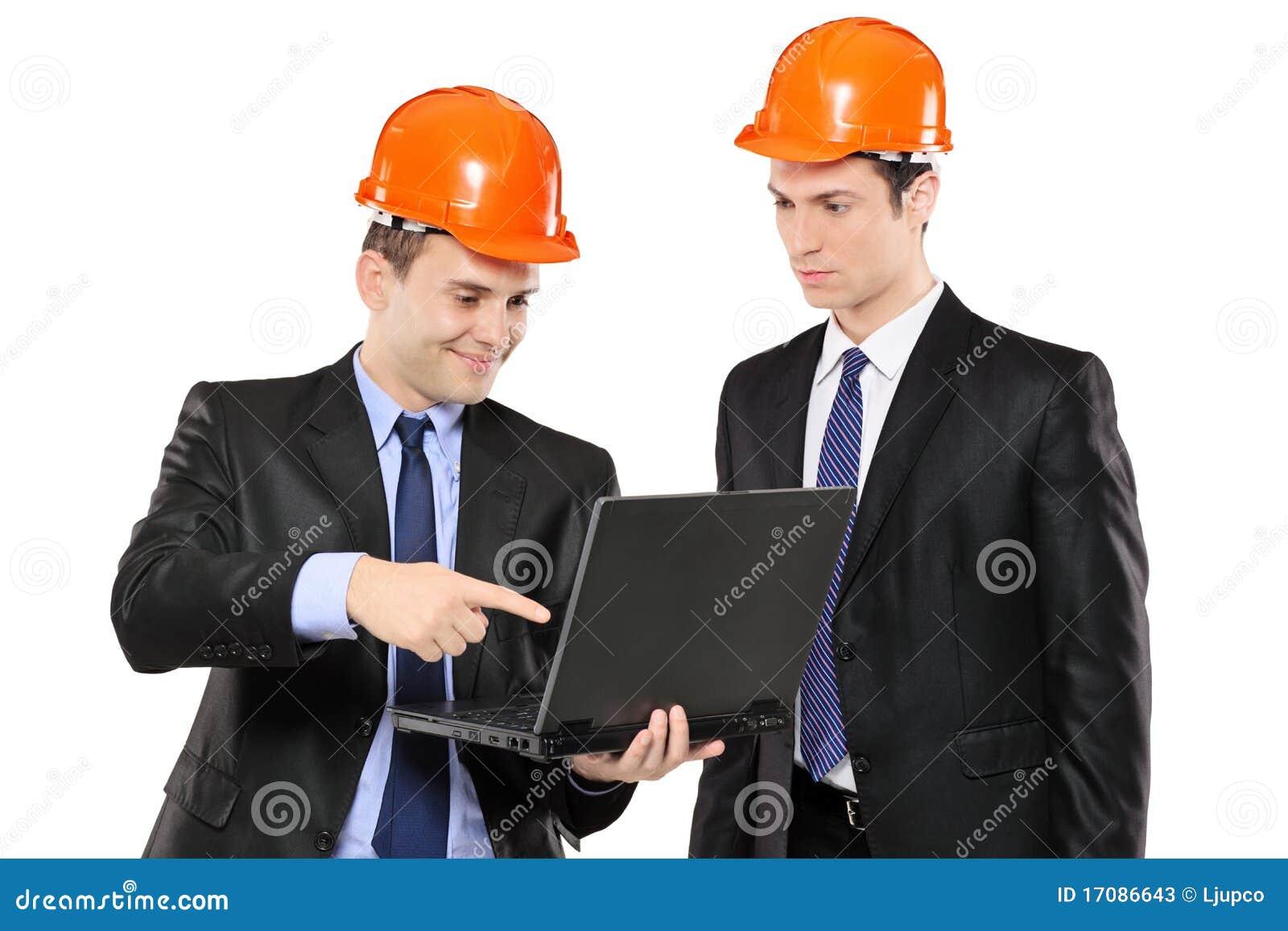 Zwei Vorarbeiter, die Laptop betrachten