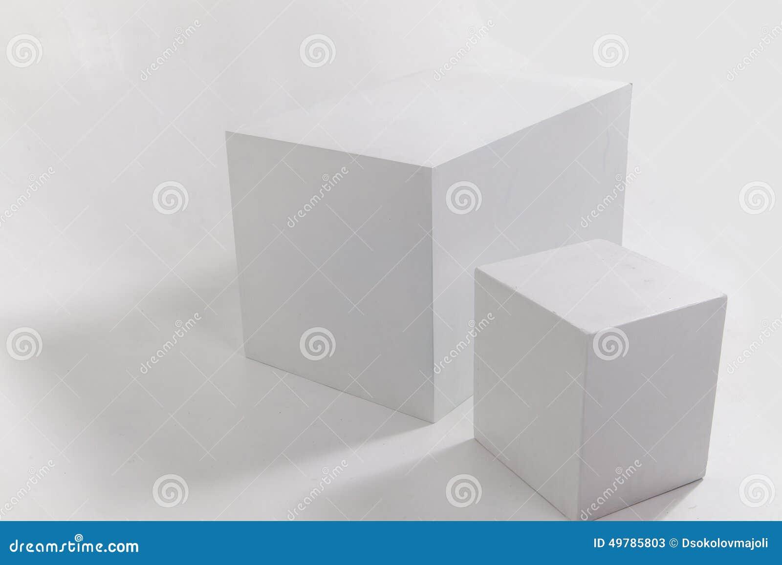 zwei wei e w rfel auf wei er wand stockbild bild von ausstellung nahaufnahme 49785803. Black Bedroom Furniture Sets. Home Design Ideas