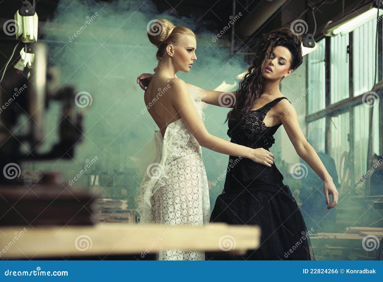 Zwei weibliche Schönheiten stockfoto. Bild von schönheiten
