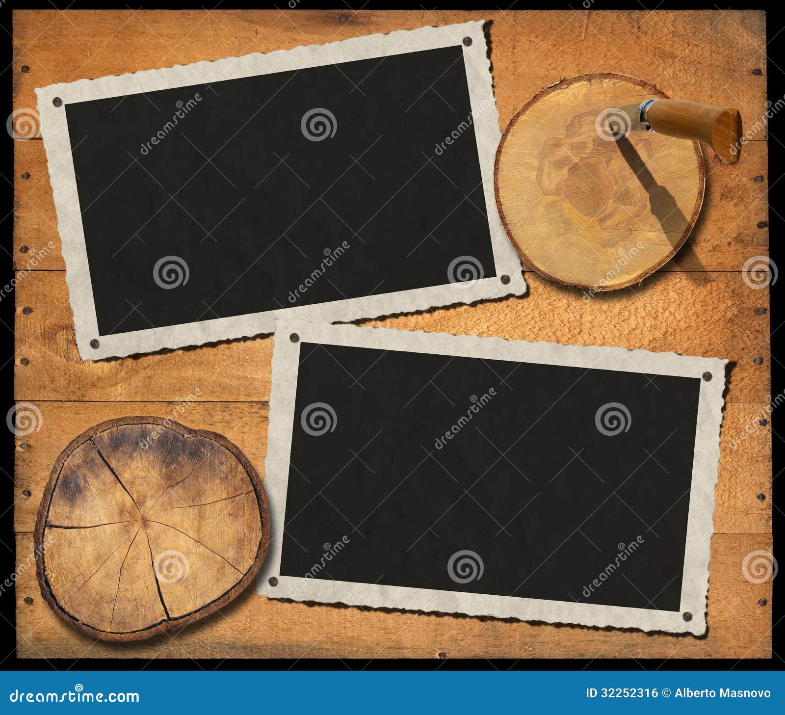 Zwei Weinlese-Foto-Rahmen auf hölzerner Wand