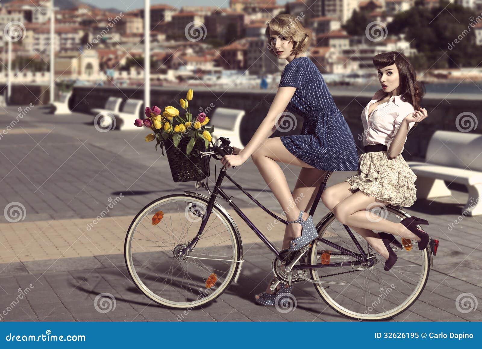 Zwei Weinlesefrauen auf Fahrrad nahe dem Meer