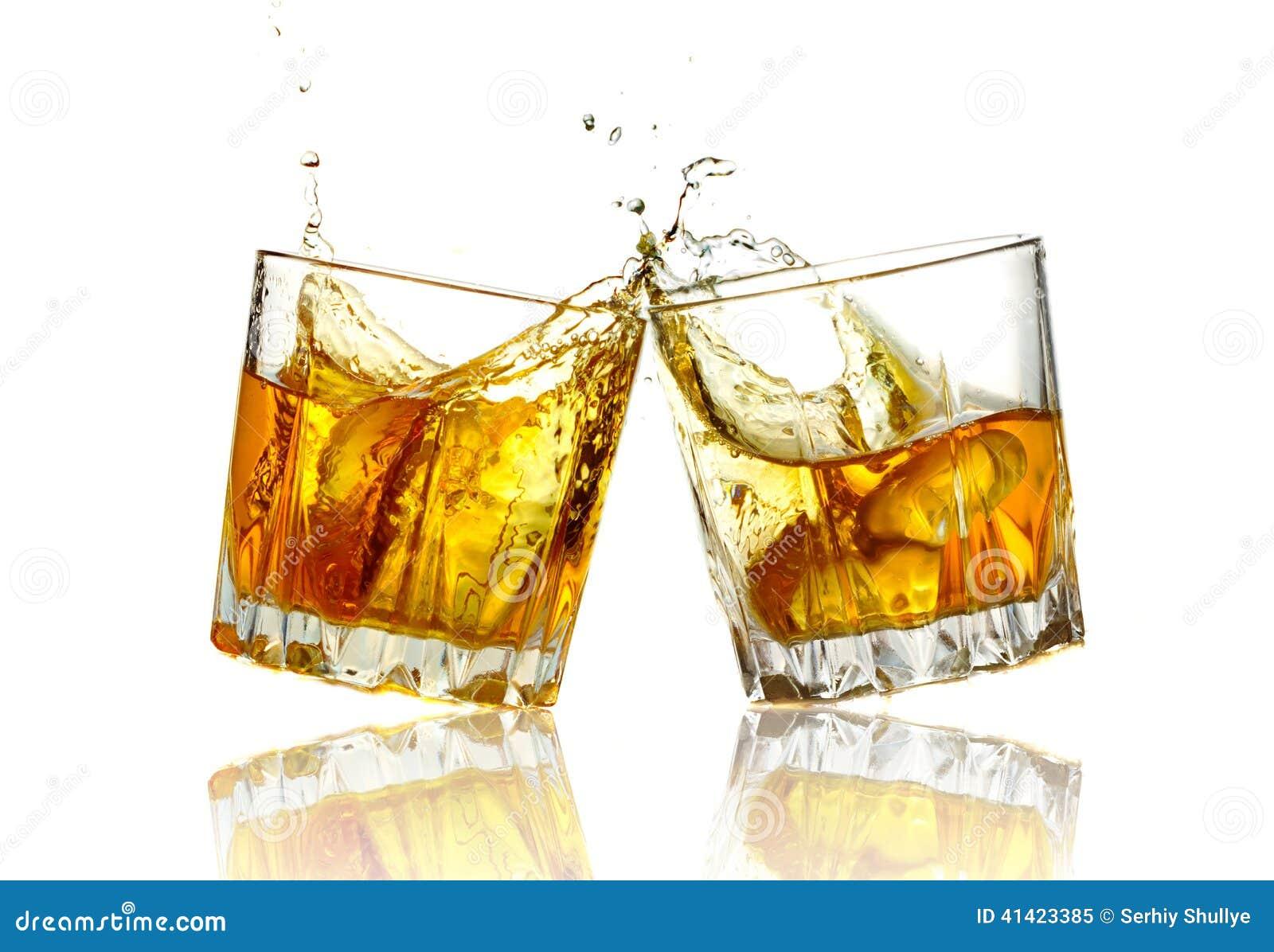 zwei whiskygl ser die zusammen lokalisiert klirren. Black Bedroom Furniture Sets. Home Design Ideas