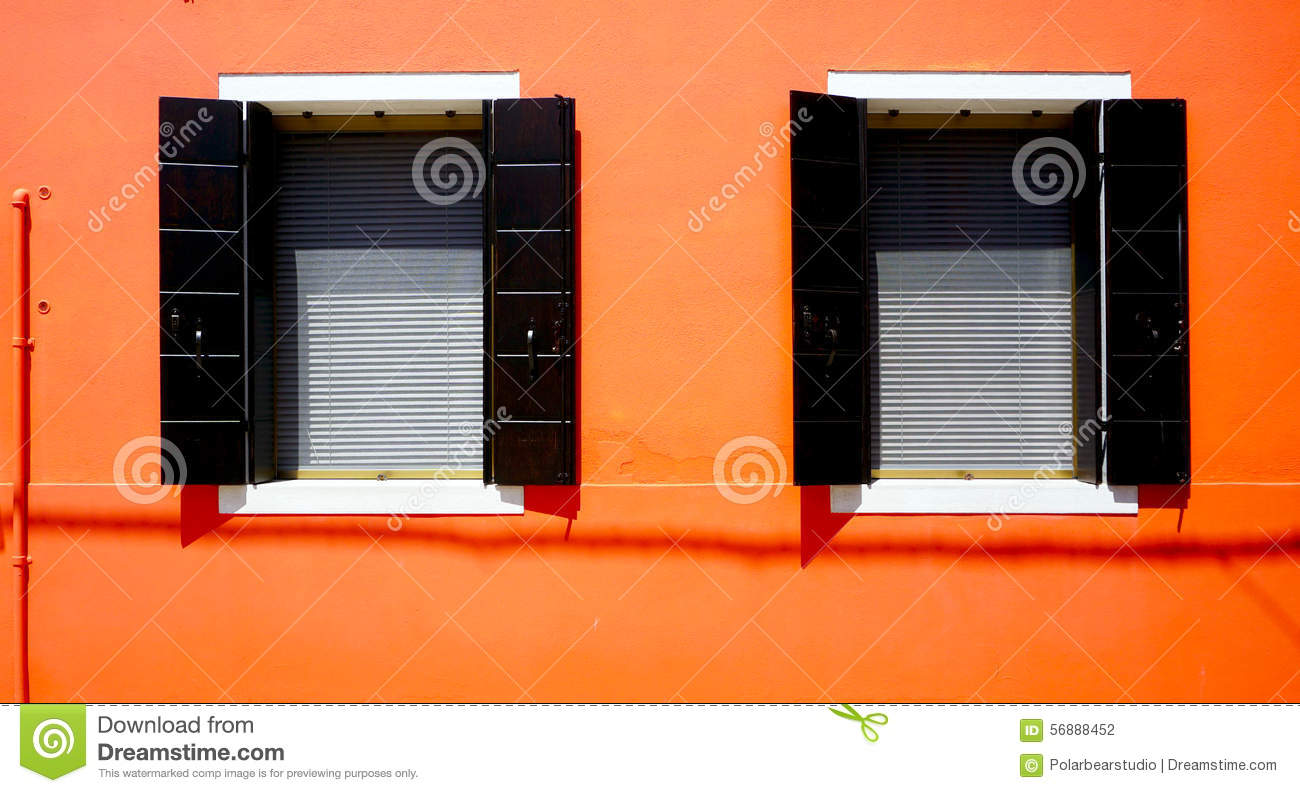 Zwei Windows Haus in Burano auf orange Wand
