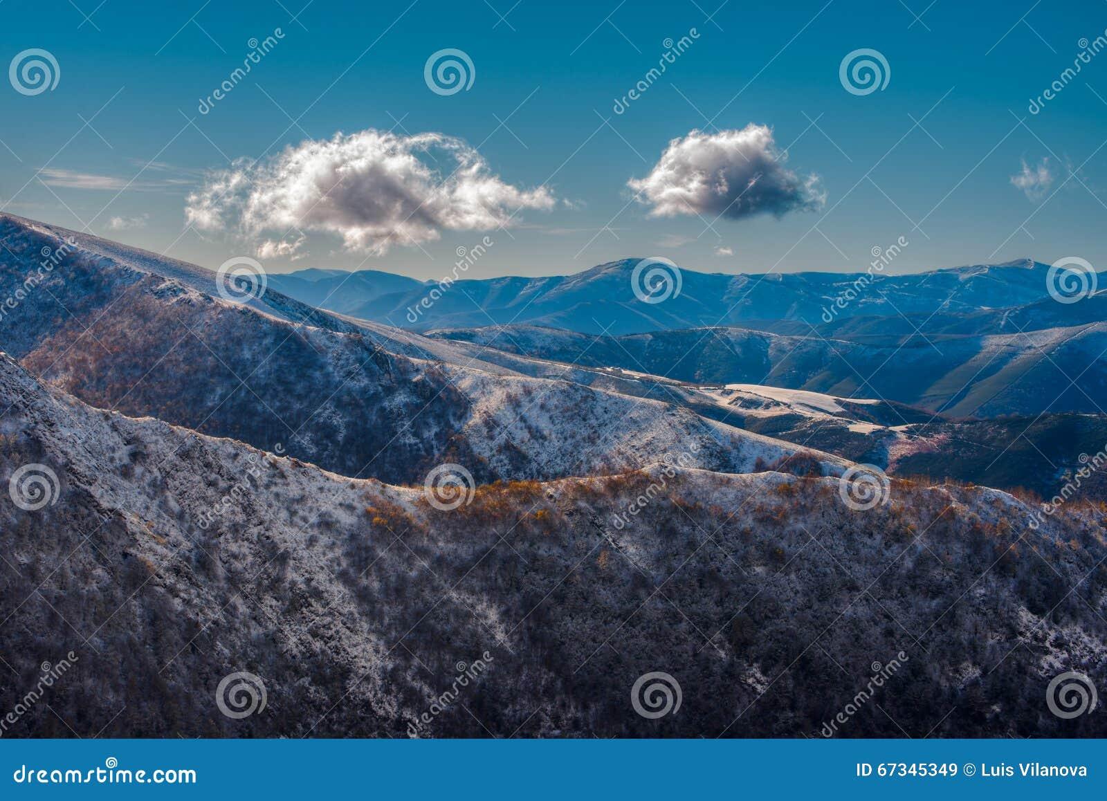 Zwei Wolken über den Bergen