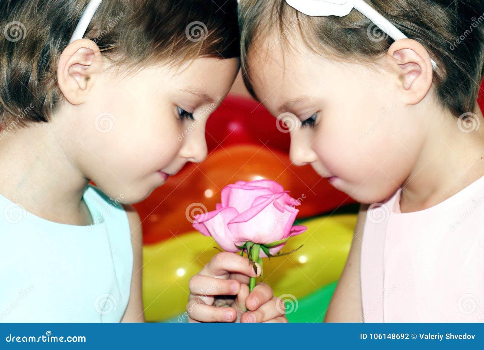 Zwei Zwillinge Der Kleinen Madchen Im Geburtstag Mit Blume Stiegen