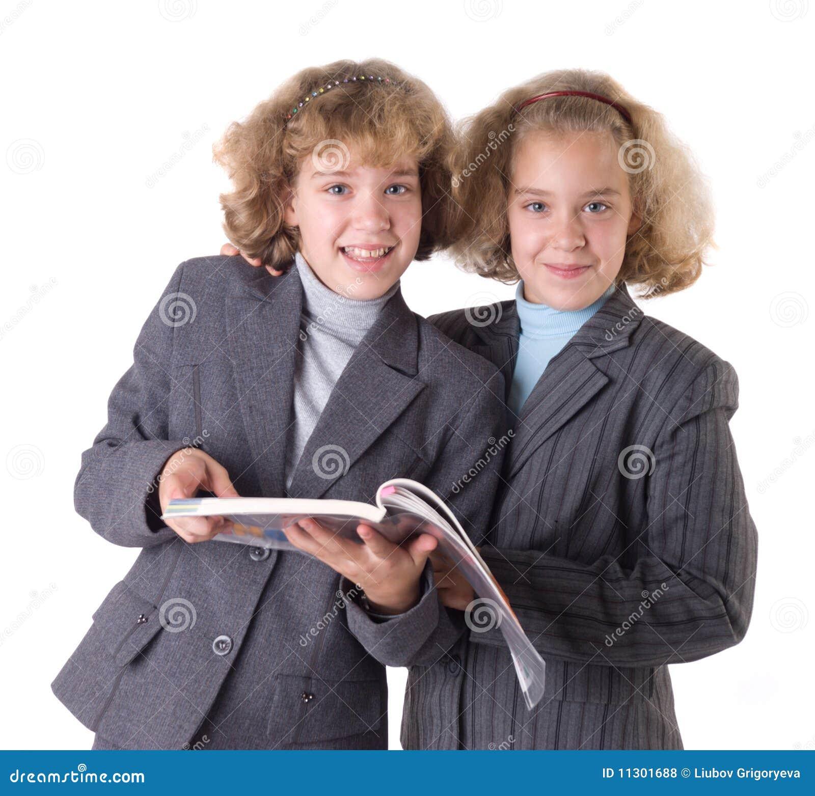 Zwei Zwillinge mit Lehrbuch