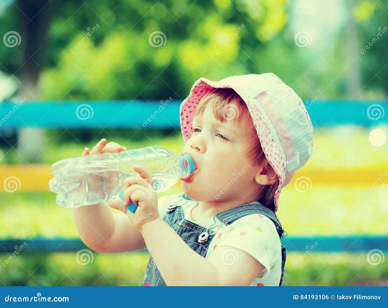 Zweijährige Kindergetränke Von Der Plastikflasche Stockfoto - Bild ...