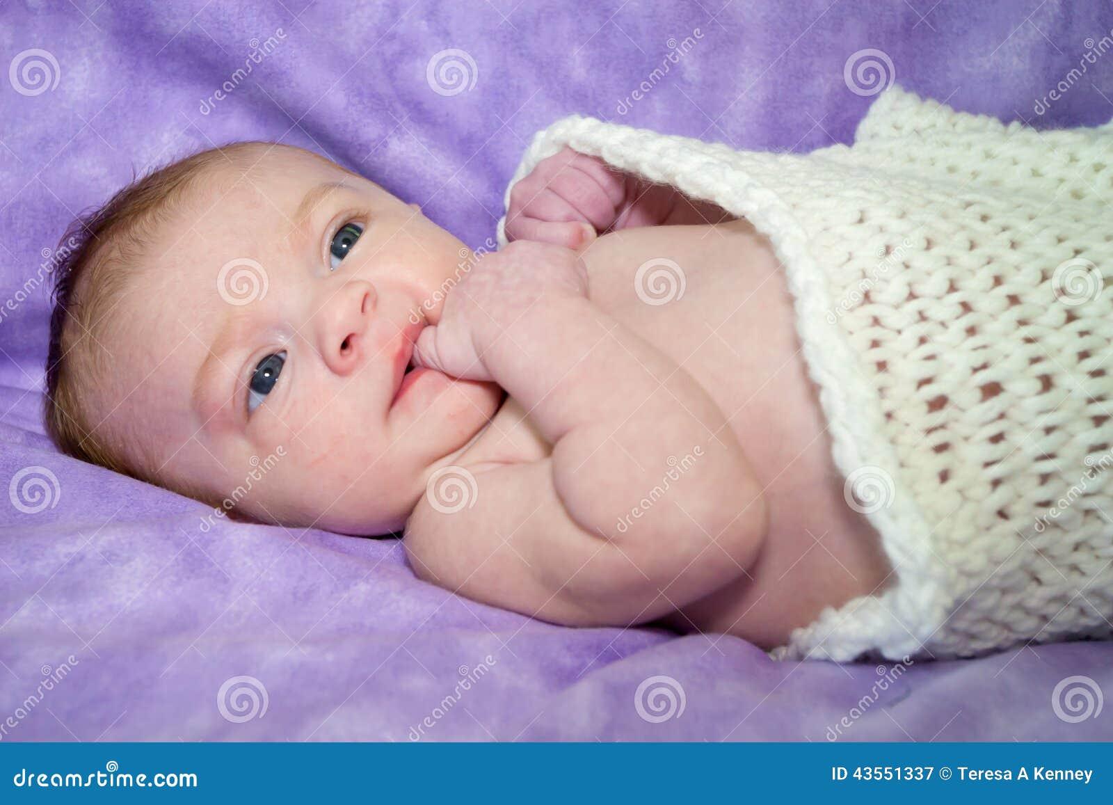 Zweimonatiges altes Baby in den Decken