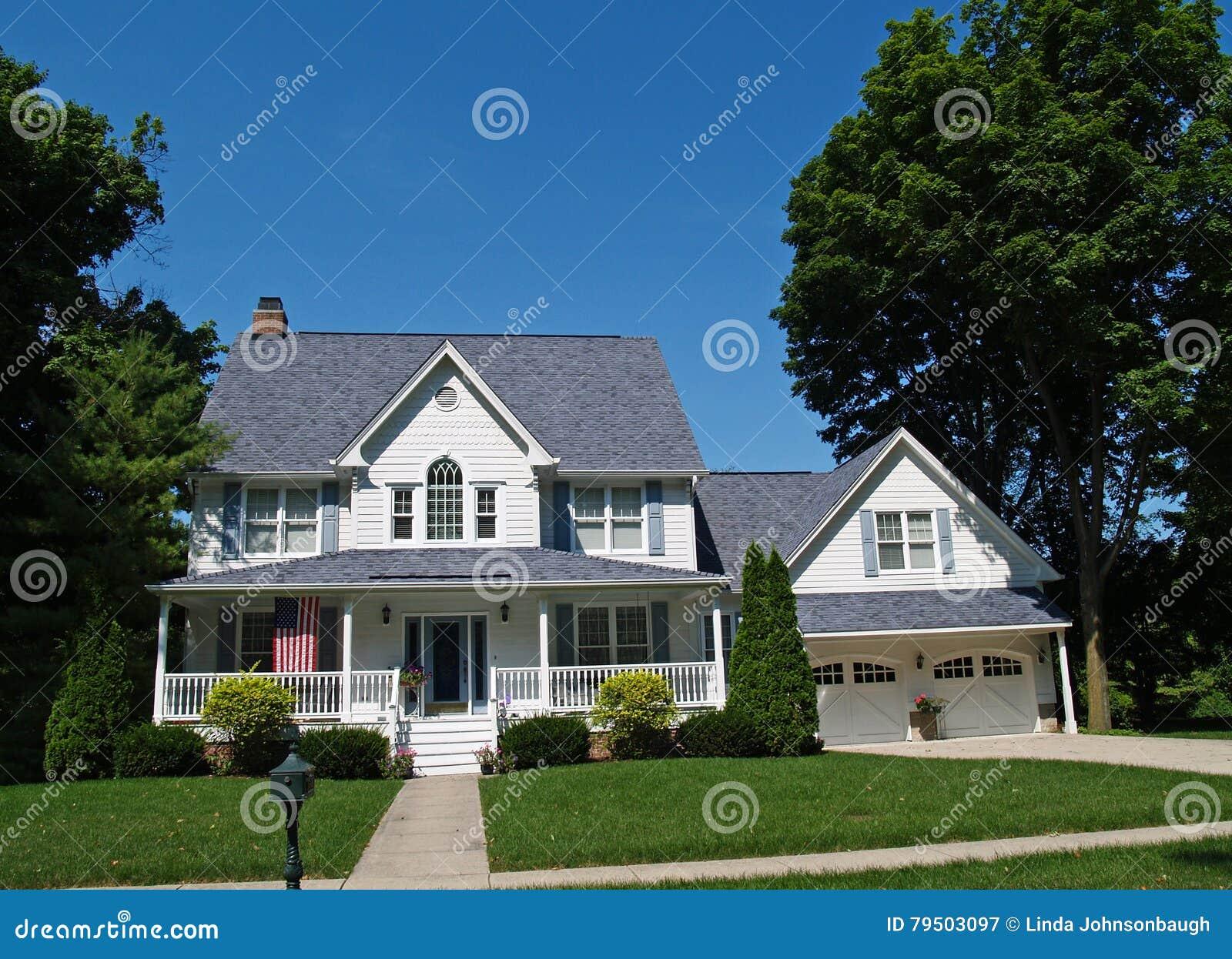 Zweist ckiges wei es haus mit garage stockfoto bild for Haus mit garage