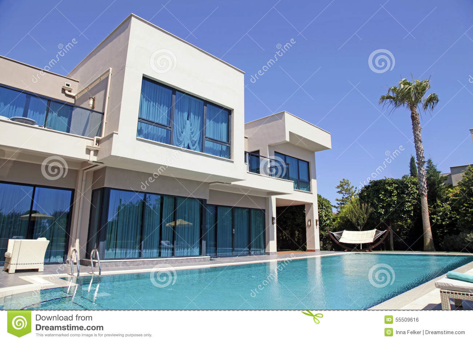 Zwembad bij de moderne villa stock foto afbeelding 55509616 - Huis design met zwembad ...