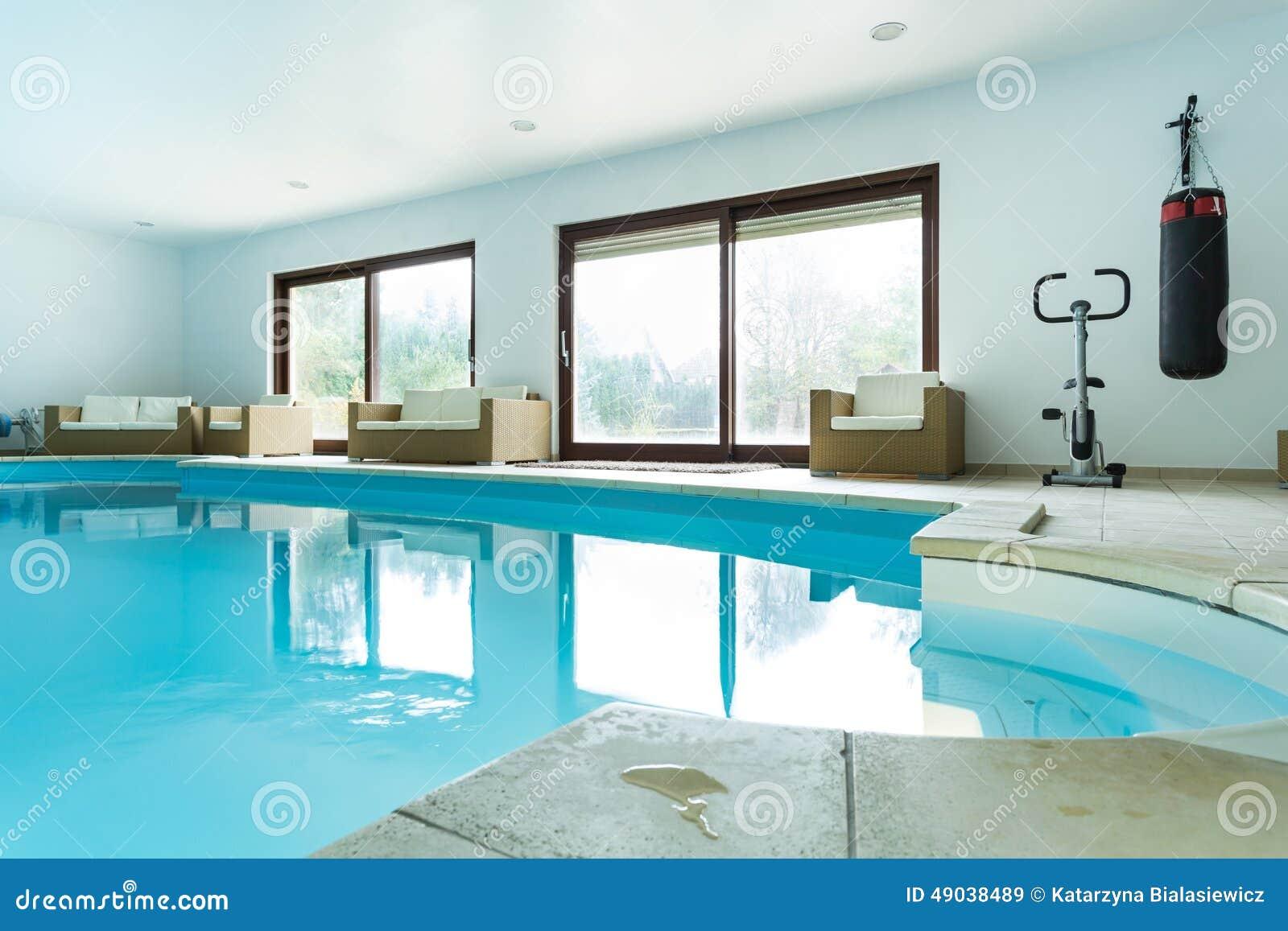 Zwembad binnen duur huis stock afbeelding afbeelding bestaande uit helder 49038489 - Foto huis in l ...