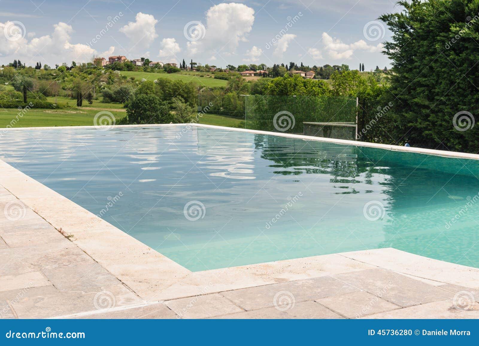 Zwembad in de vallei van toscanië stock foto afbeelding