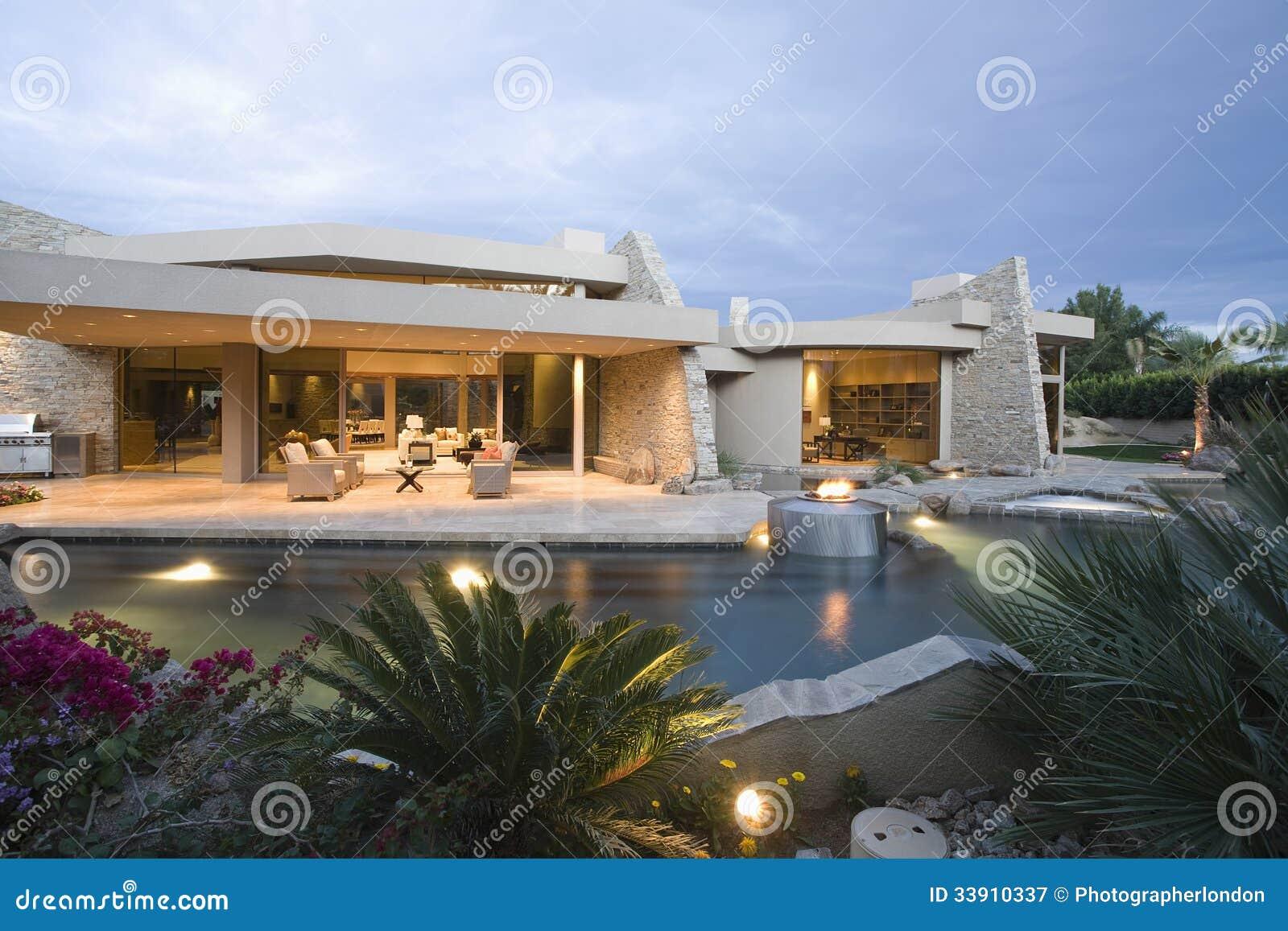Zwembad en modern huis royalty vrije stock fotografie afbeelding 33910337 - Zwembad huis ...